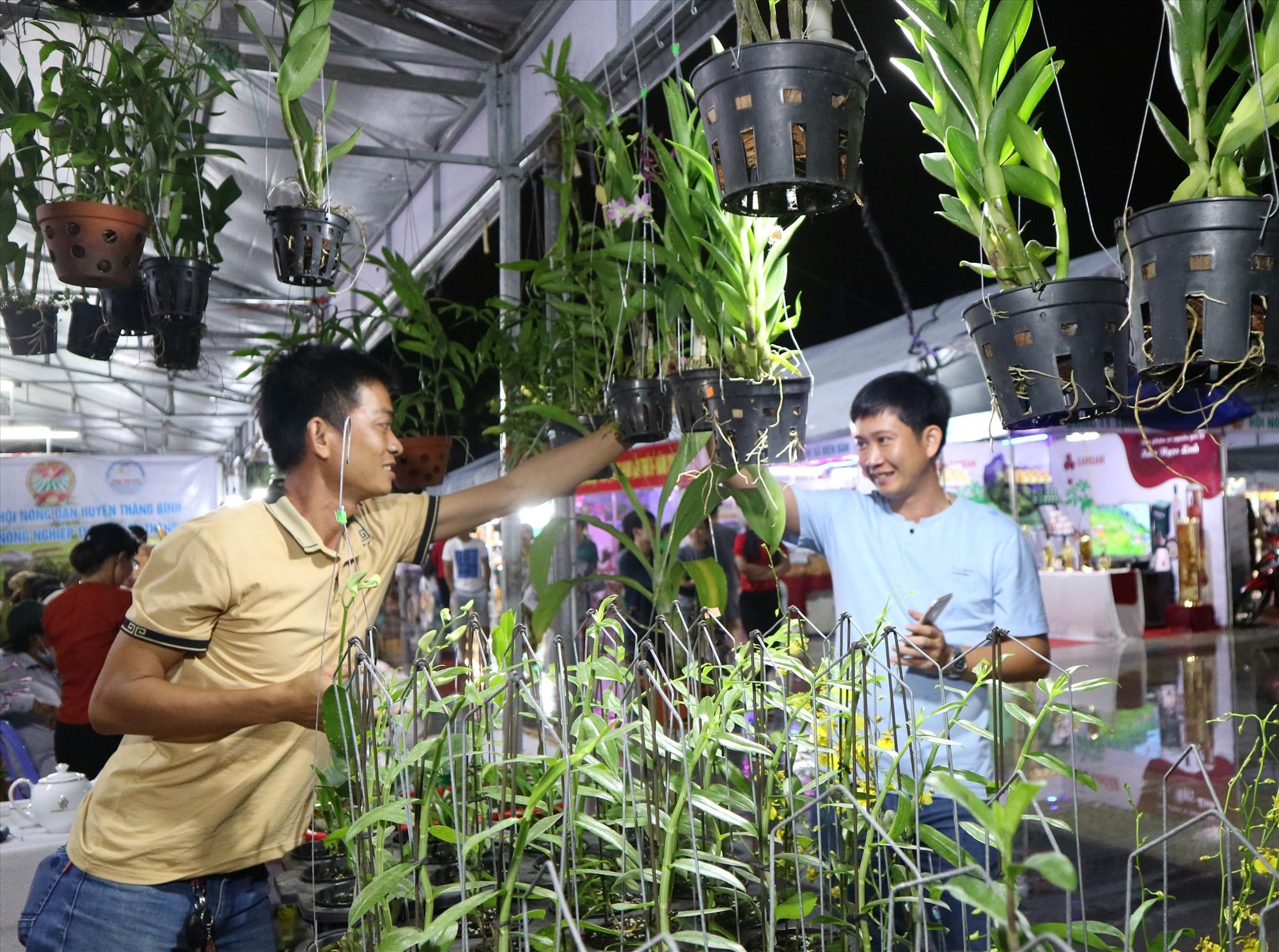 Các ngành, các cấp cần quan tâm hỗ trợ nông dân trong việc quảng bá sản phẩm, kết nối thị trường tiêu thụ.