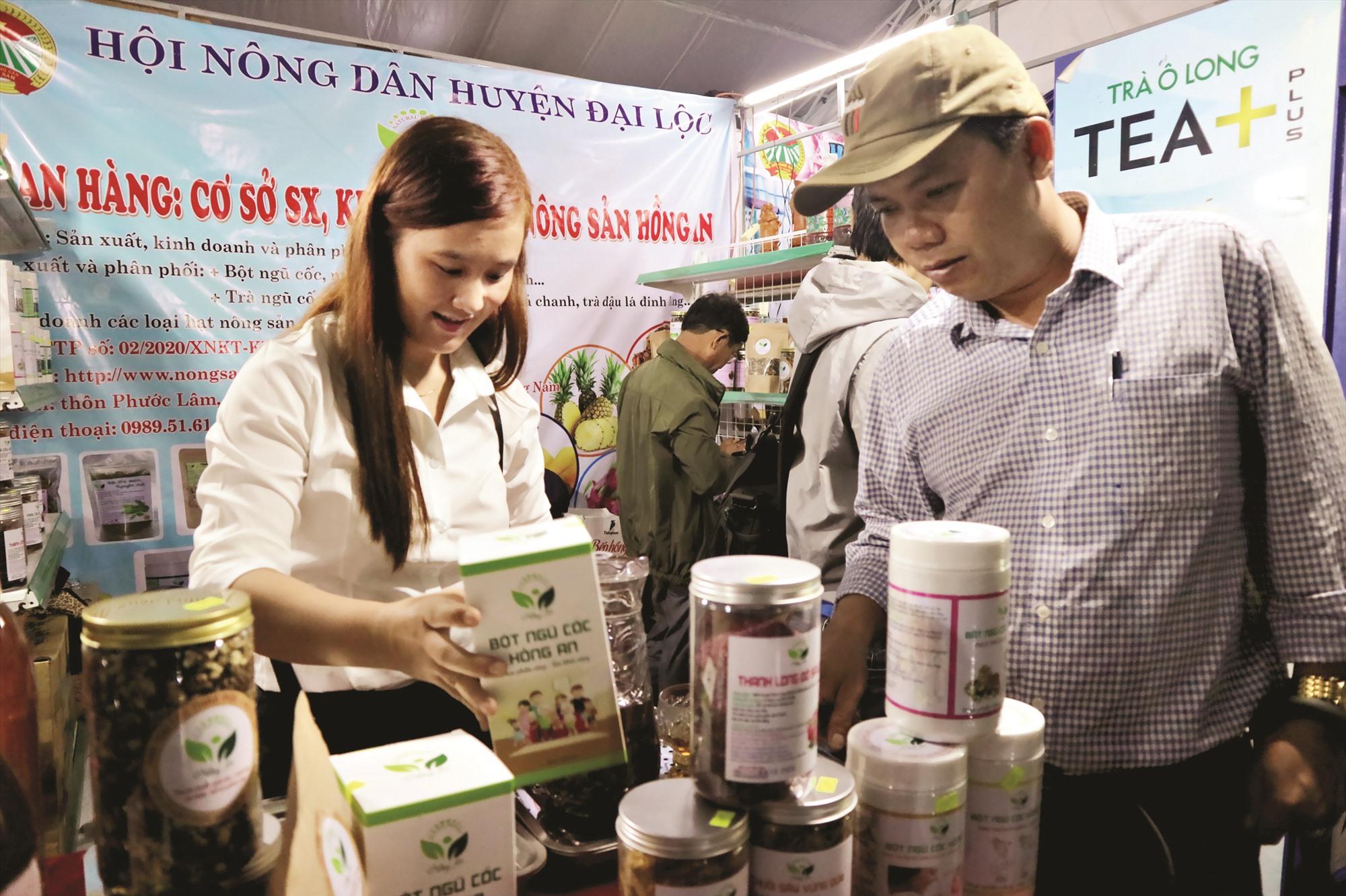 Các ngành, các cấp cần quan tâm hỗ trợ nông dân trong việc quảng bá sản phẩm, kết nối thị trường tiêu thụ.Ảnh: XUÂN HIỀN