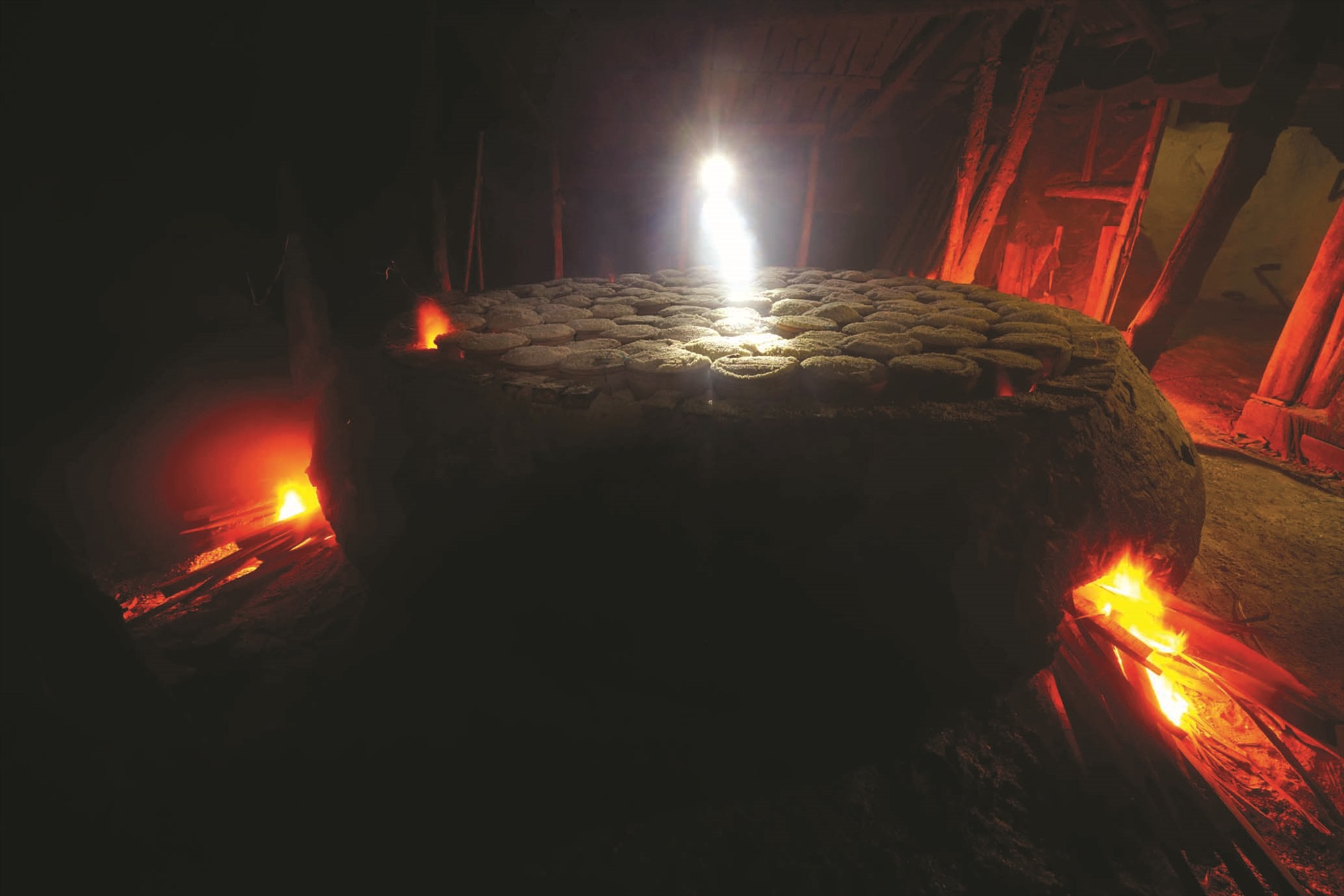 Lò hầm muối có ba cửa được chất đầy củi để đốt tạo nhiệt lượng lớn đảm bảo cho quá trình hầm muối. Ảnh: VÕ VIỆT
