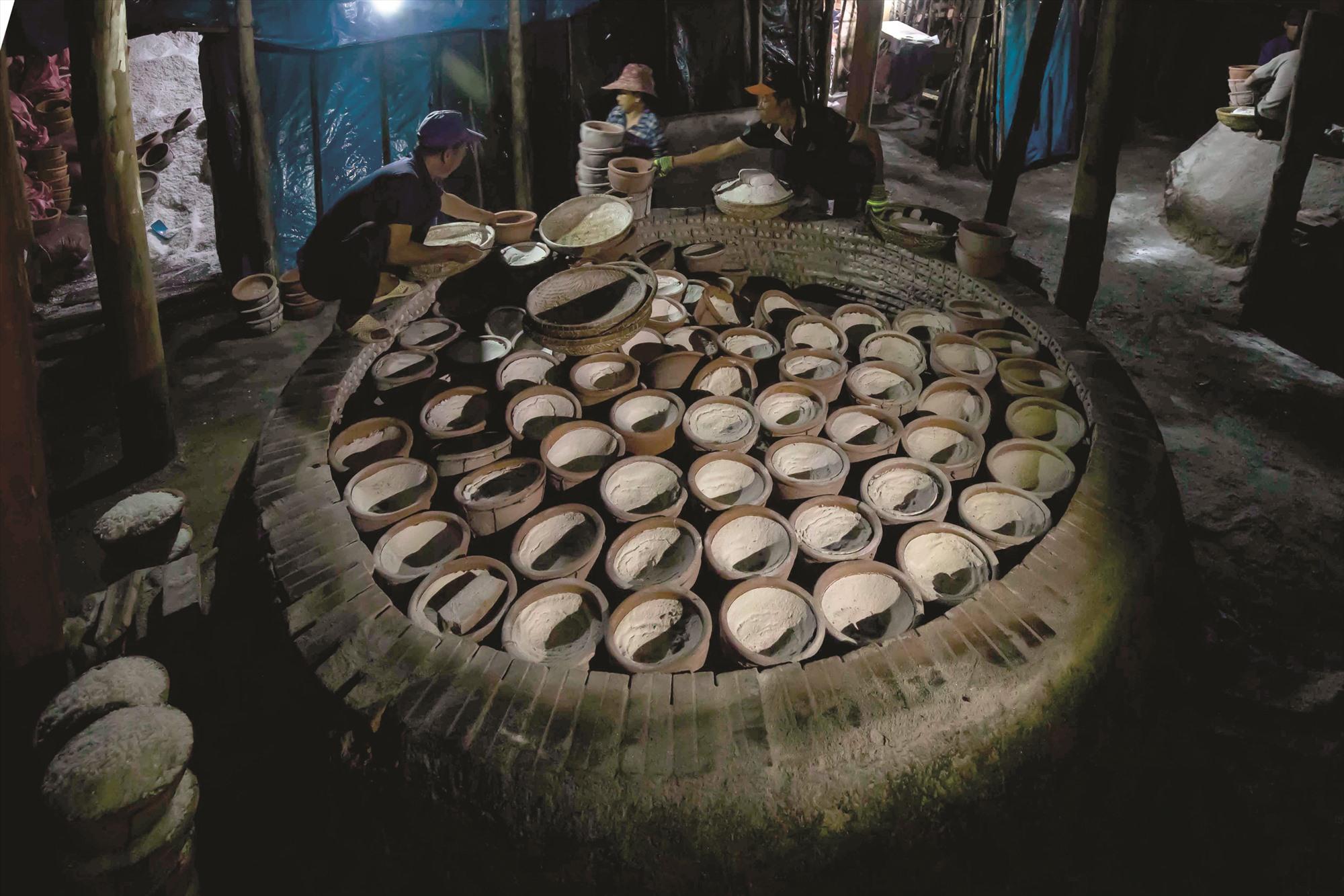 Muối chín được đưa ra khỏi lò sau 24 giờ hầm liên tục bằng than.