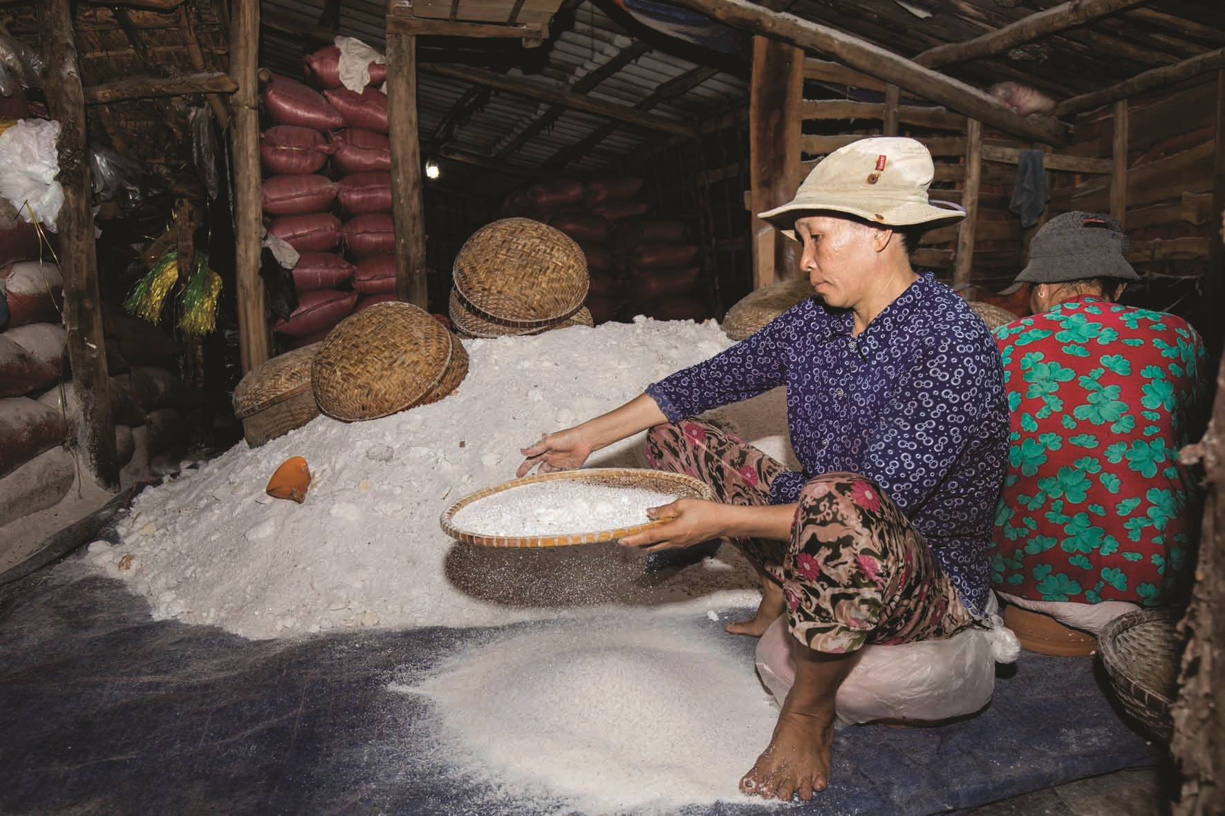 Muối sau khi ra lò được sàng lọc cẩn thận, phân loại trước khi đóng gói. Phụ nữ được trả công 100 - 200 nghìn đồng cho một đêm thức trắng.