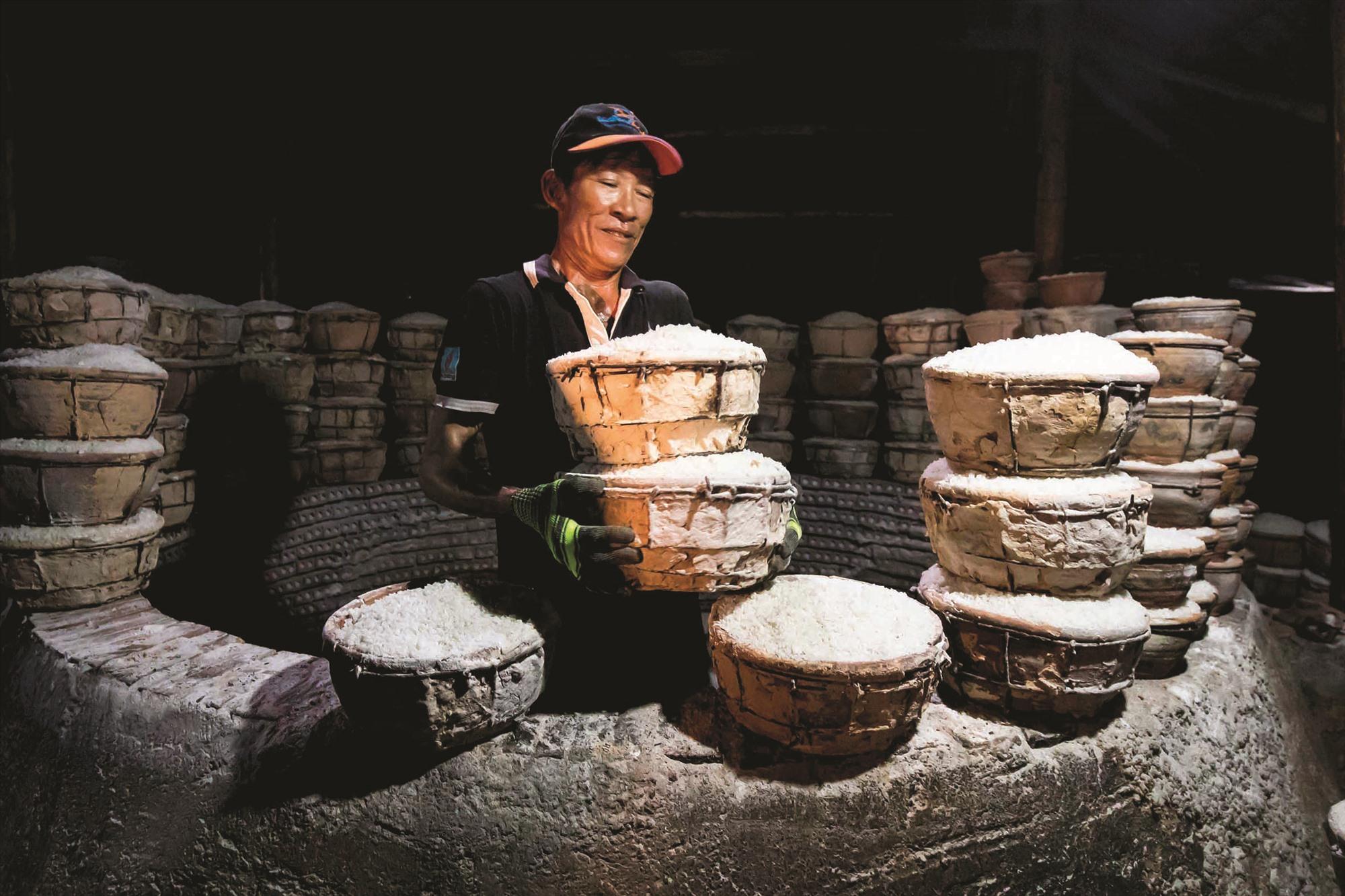Nửa đêm, thợ hầm muối bắt đầu xếp những chậu đất đựng muối sống vào hầm lò.