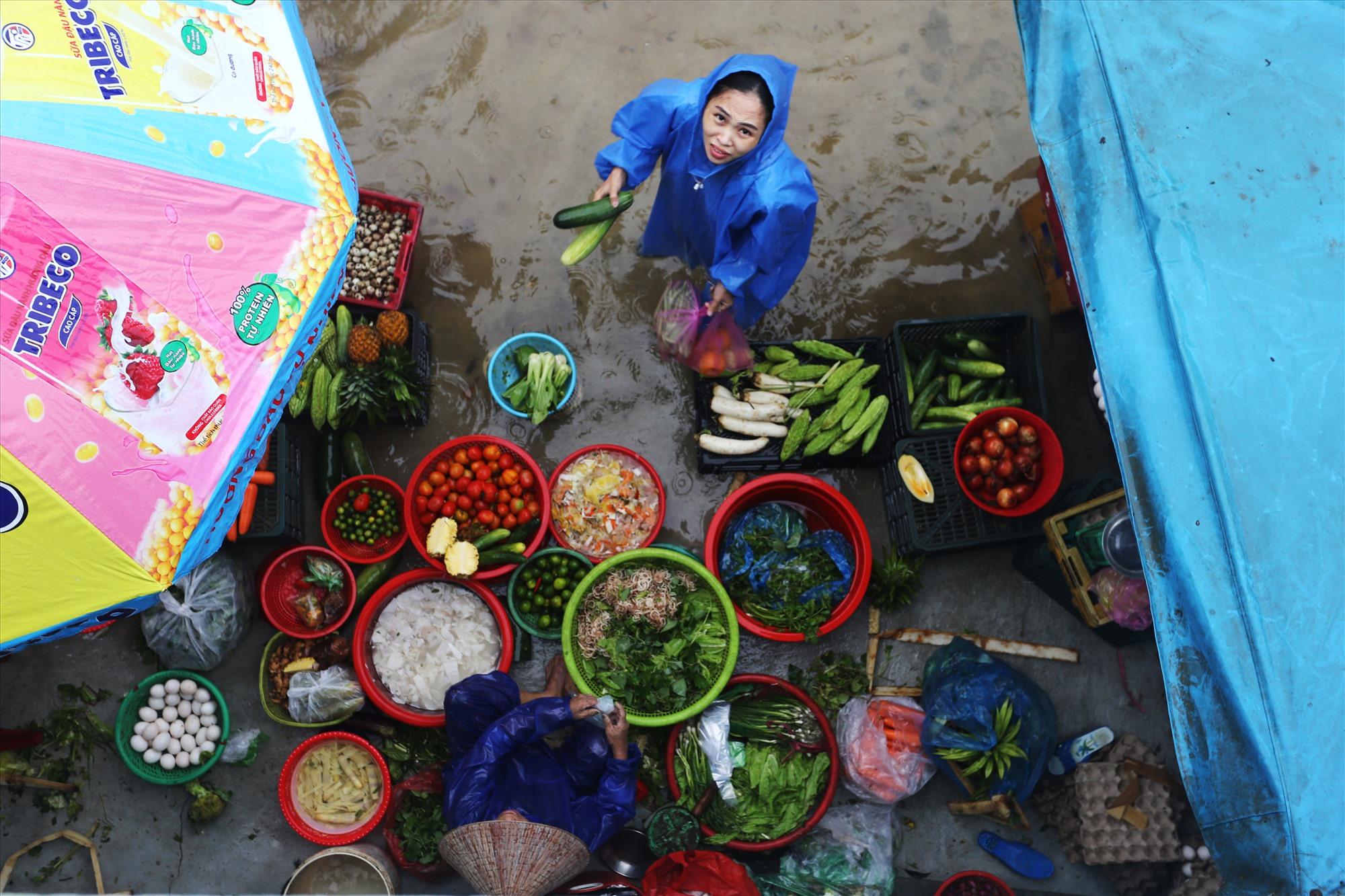 Mặt hàng rau củ qua được nhiều đến mua.