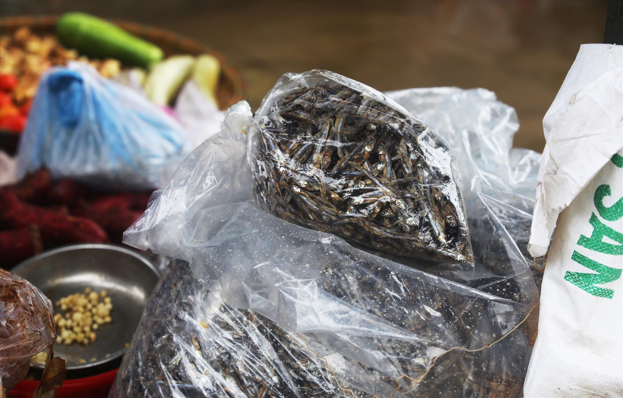 Cá khô là mặt hàng được nhiều người mua tại chợ.