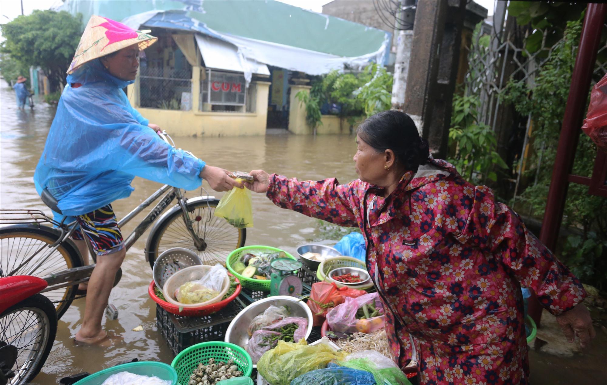 Bà Đỗ Thị Bảy chủ hàng rau củ cho biết, dù nước ngập nhưng cũng phải bán để phục vụ người dân nhằm tiêu thụ hết hàng hóa, còn đưa về để lâu ngày bị hư hỏng.