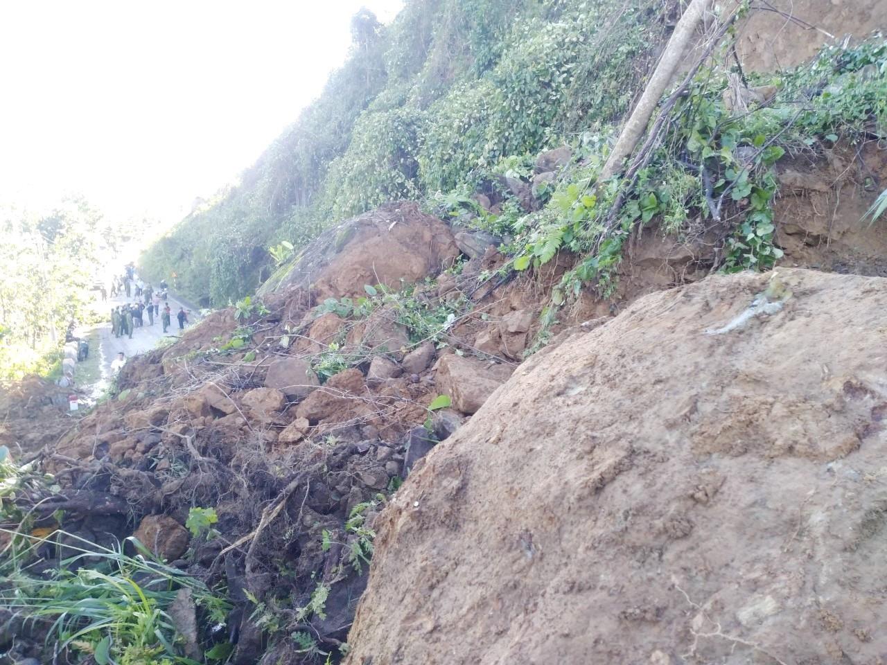 Tại lý trình km68+100 trên QL40B, đất, đá nằm trên cung trượt lăn xuống rất nguy hiểm. Ảnh: CT