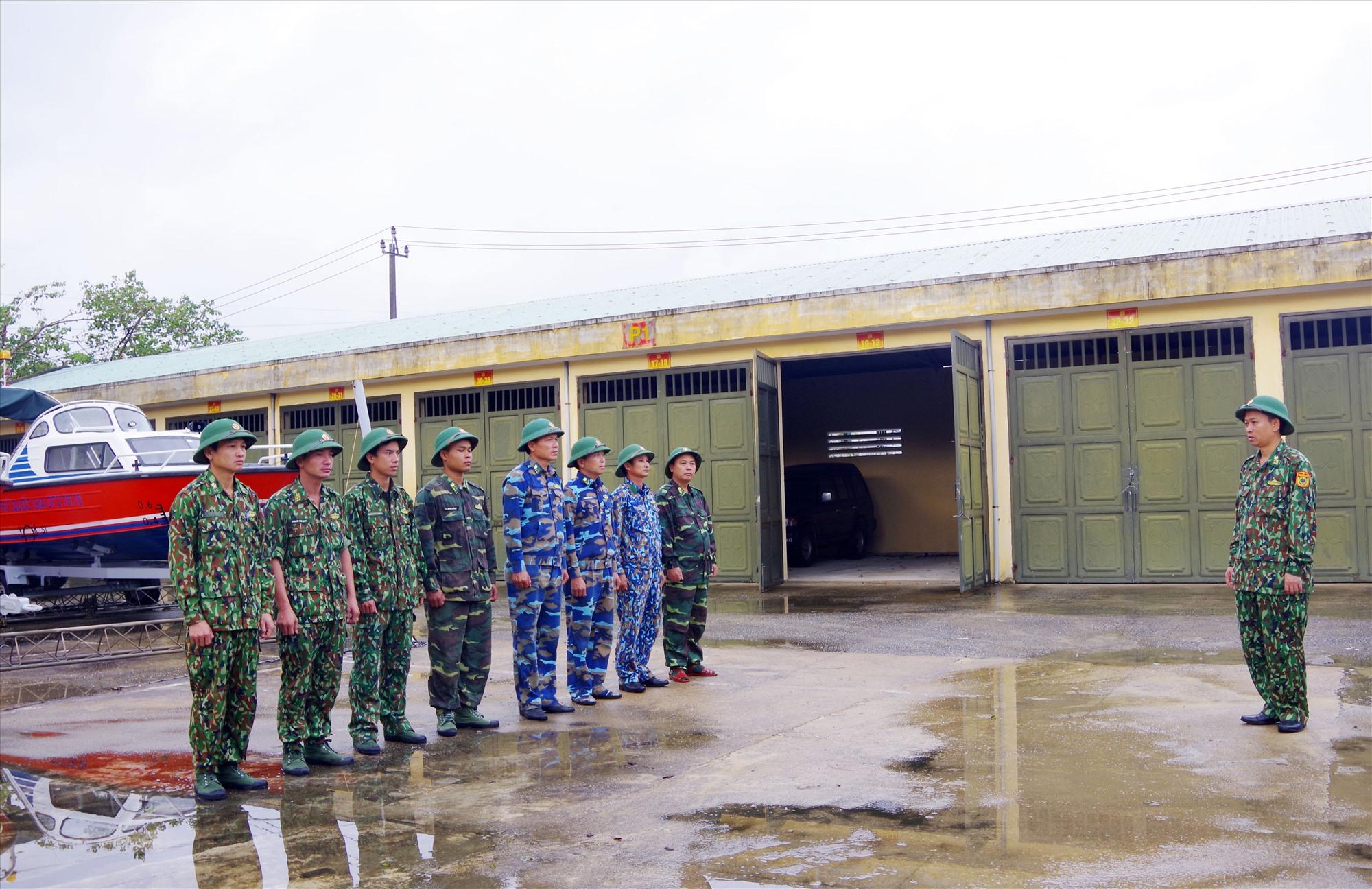 Hình 1: Đại tá Trần Tiến Hiền - Phó Chỉ huy trưởng BĐBP tỉnh động viên, giao nhiệm vụ cho đội tìm kiếm cứu nạn.Ảnh: HỒNG ANH