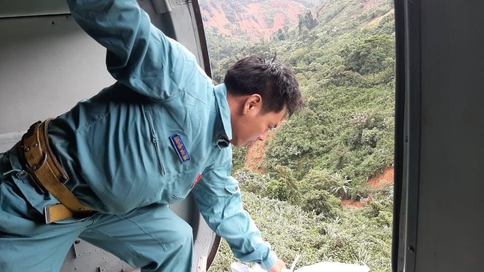 Trực thăng thả hàng cứu trợ xuống cho xã Phước Lộc. Ảnh: X.K