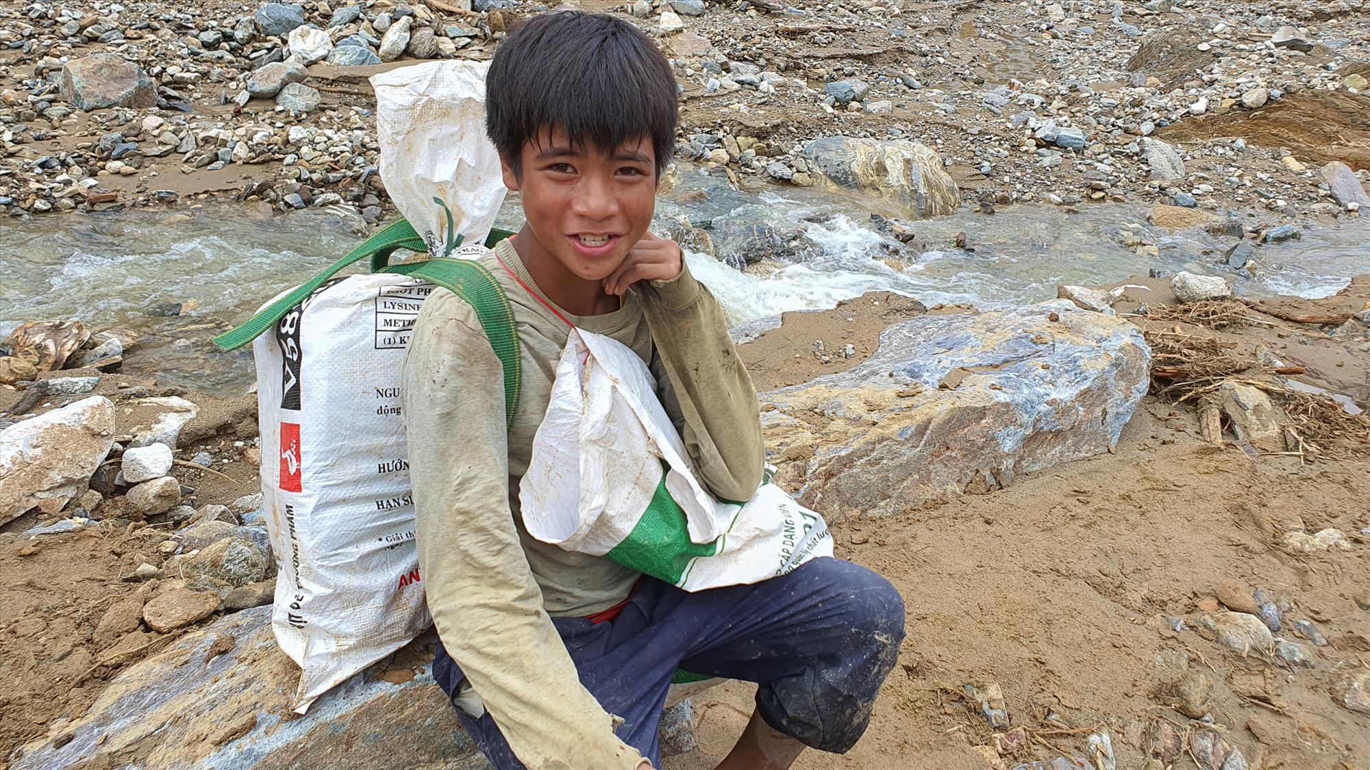 Hồ Văn In, cậu bé ở xã Phước Thành cũng tham gia cùng đoàn gùi cõng. Ảnh: T.C