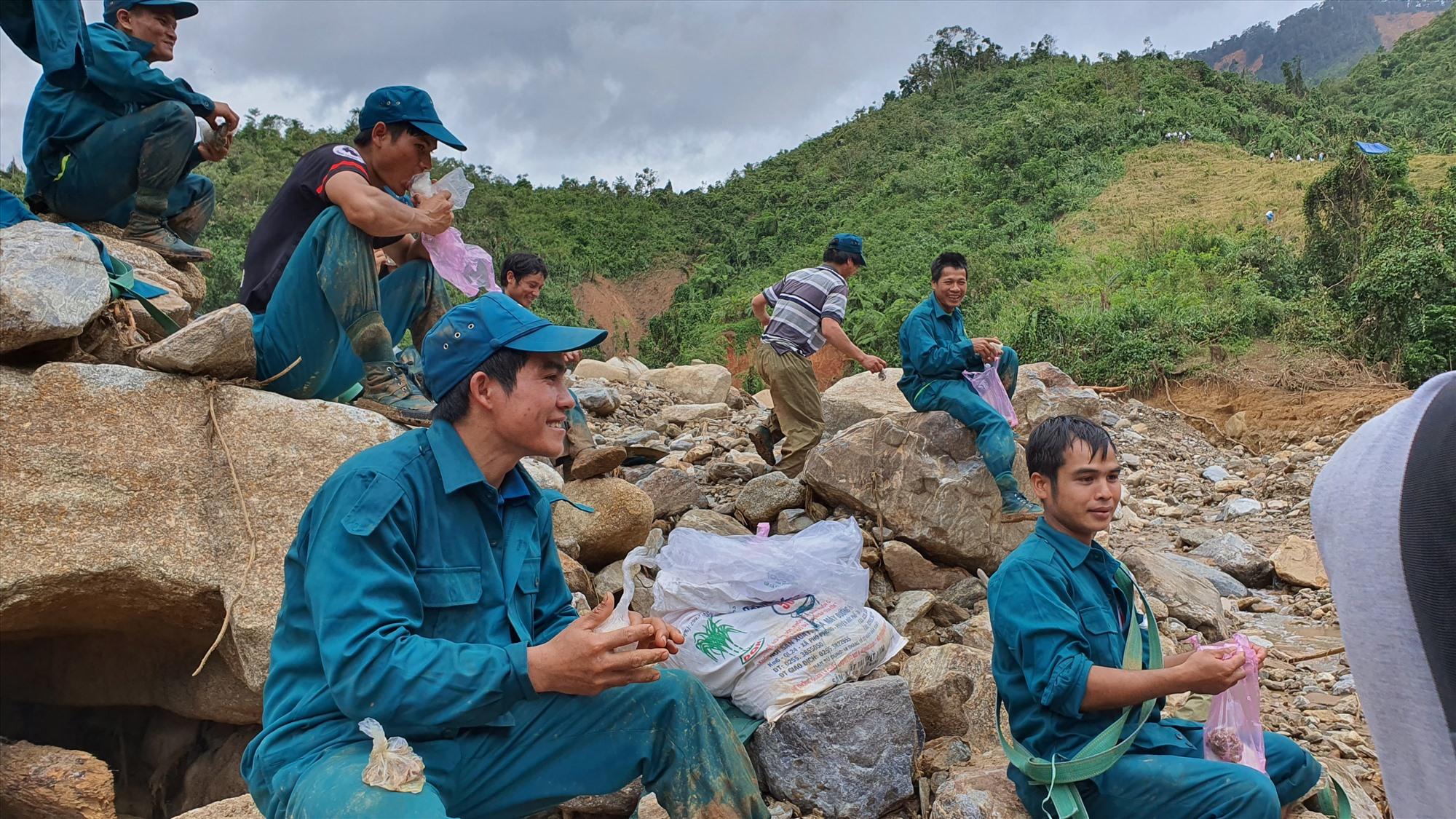 Bữa trưa của lực lượng dân quân xã Phước Kim gồm cơm nắm với cá khô ngay tại lòng sông Đăk Mi giáp ranh với xã Phước Thành. Ảnh: T.C