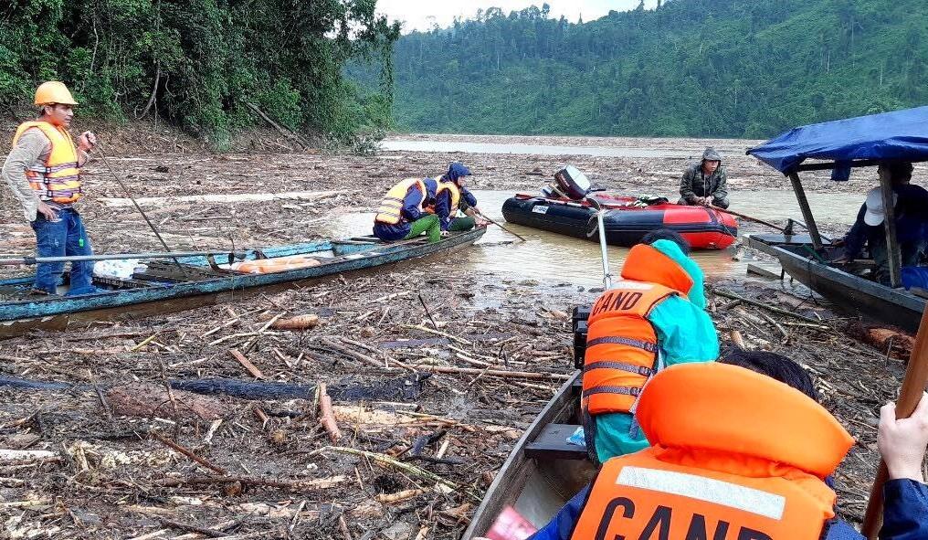 Lực lượng Công an nỗ lực tìm kiếm các nạn nhân mất tích bằng đường thủy