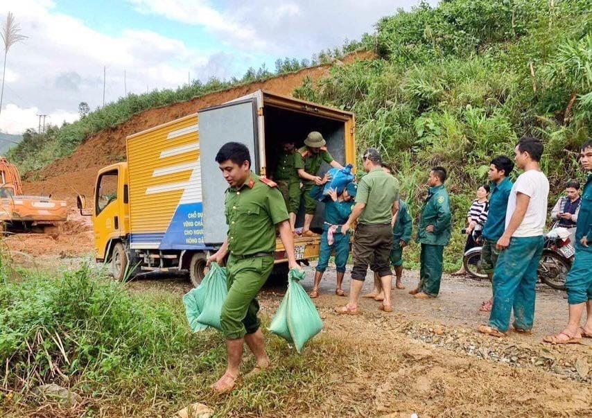 Xe bưu điện tỉnh đã vận chuyển hơn 1 tấn gạo về Nam Trà My để kịp thời hỗ trợ cho bà con. Ảnh: Bưu điện cung cấp