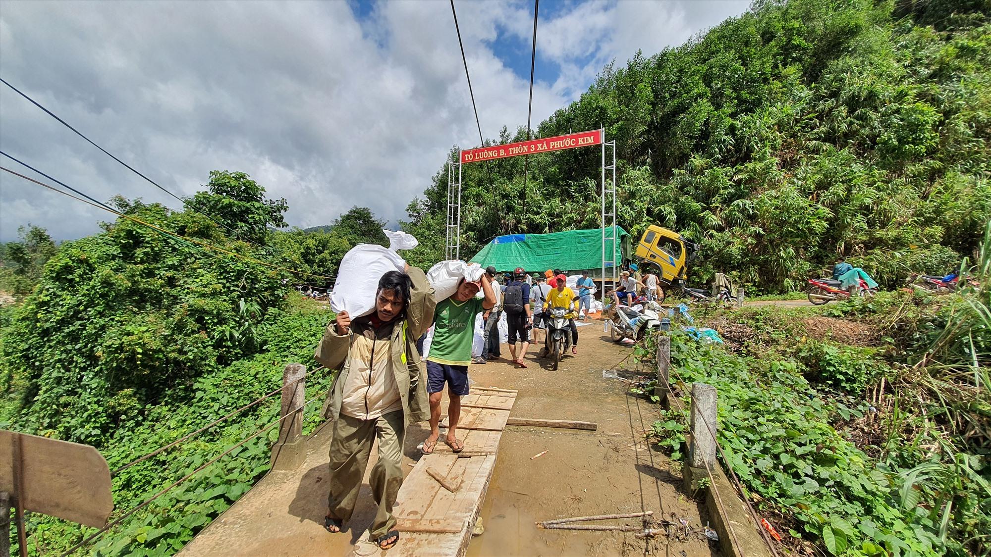Sau khi thông tuyến, xe chở gạo và nhu yếu phẩm tiếp ứng cho xã Phước Thành đã vào đến nơi. Hơn 7 tấn hàng được chuyển bằng đường bộ vào Phước Thành.