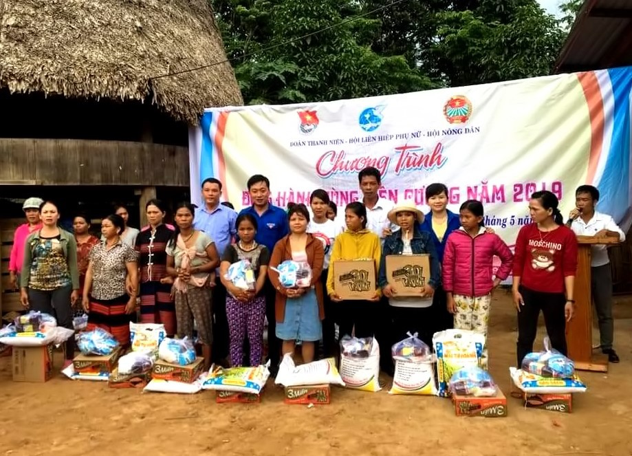 Hội LHPN thị trấn Nam Phước cùng các ngành, đoàn thể của địa phương tổ chức thăm và tặng quà người dân vùng cao. Ảnh: L.P
