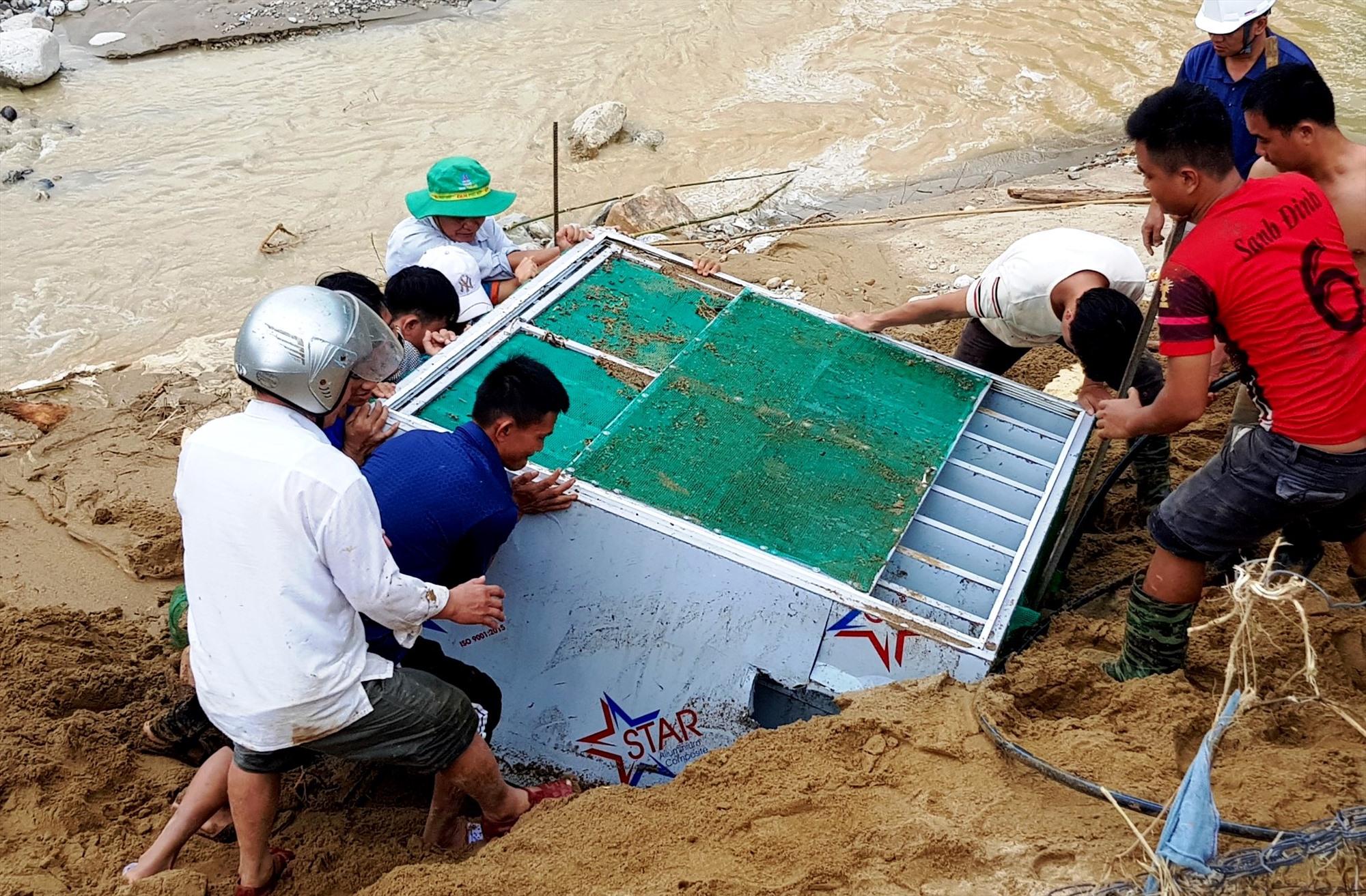 Nhiều ngày qua, các thầy giáo được phân công đi dọc bờ sông Leng để tìm lại những vật dụng của nhà trường đã bị lũ cuốn để mang về tận dụng trở lại. Ảnh: PHI YẾN