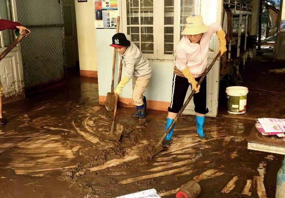 Khi các cô giáo nỗ lực xúc bùn đất bên trong ngôi trường...