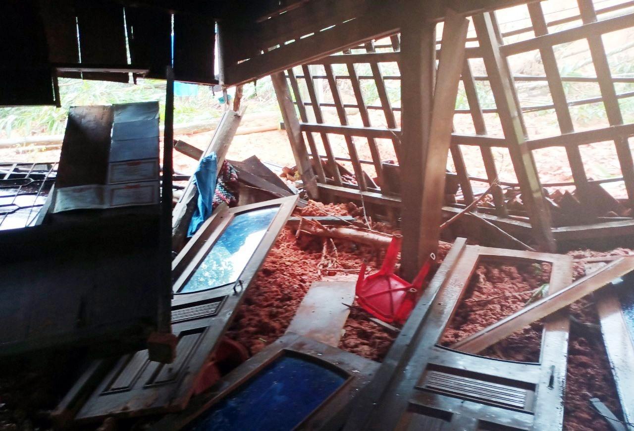 Vụ sạt lở sáng sớm nay làm sập hoàn toàn nhà của bà Hồ Thị Phải (khu Nước Sam, thôn 1 xã Trà Giác).