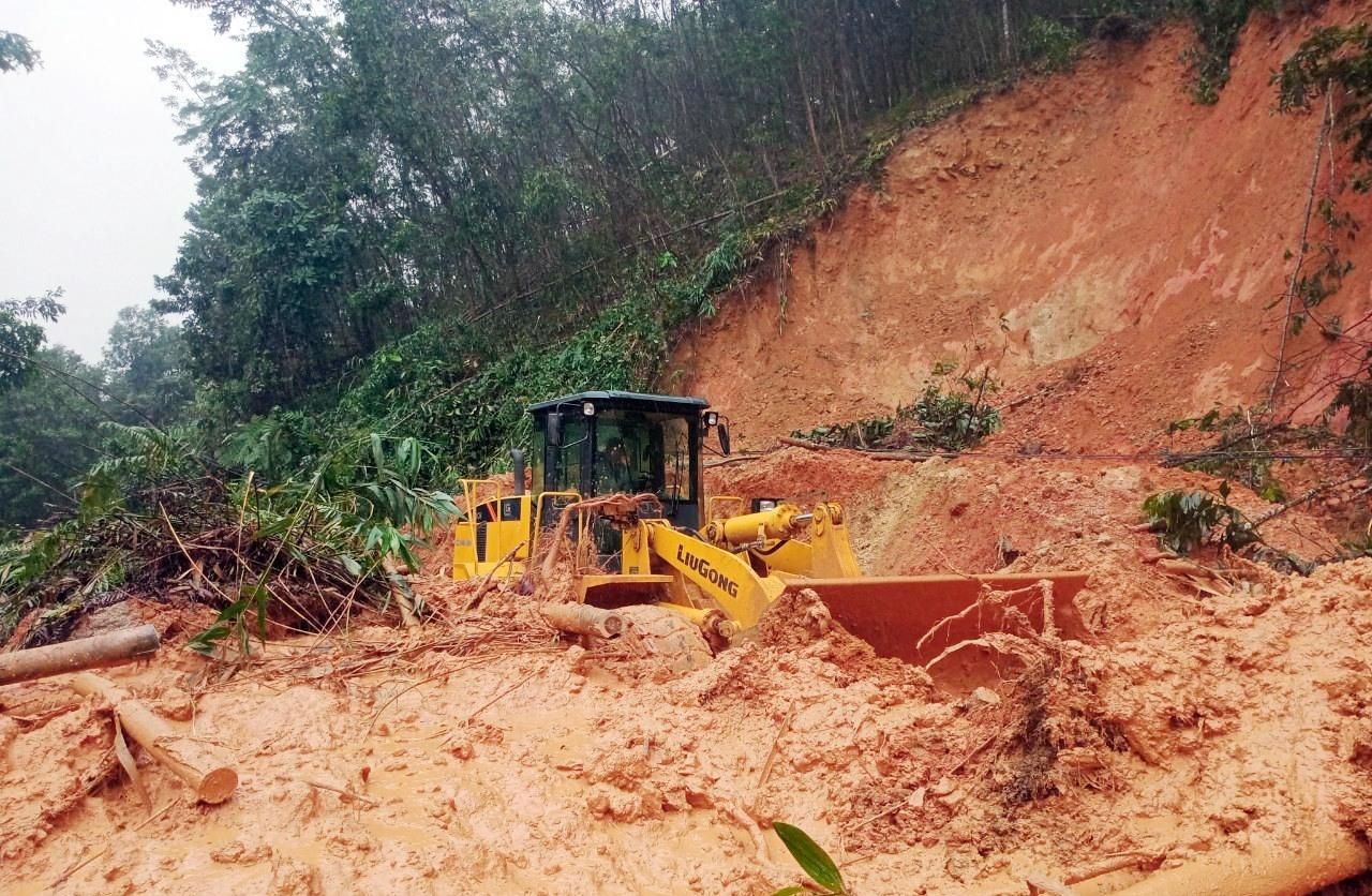 Huyện Bắc Trà My huy động phương tiện cơ giới san, gạt khối lượng đất đá cây cối để thông tuyến.