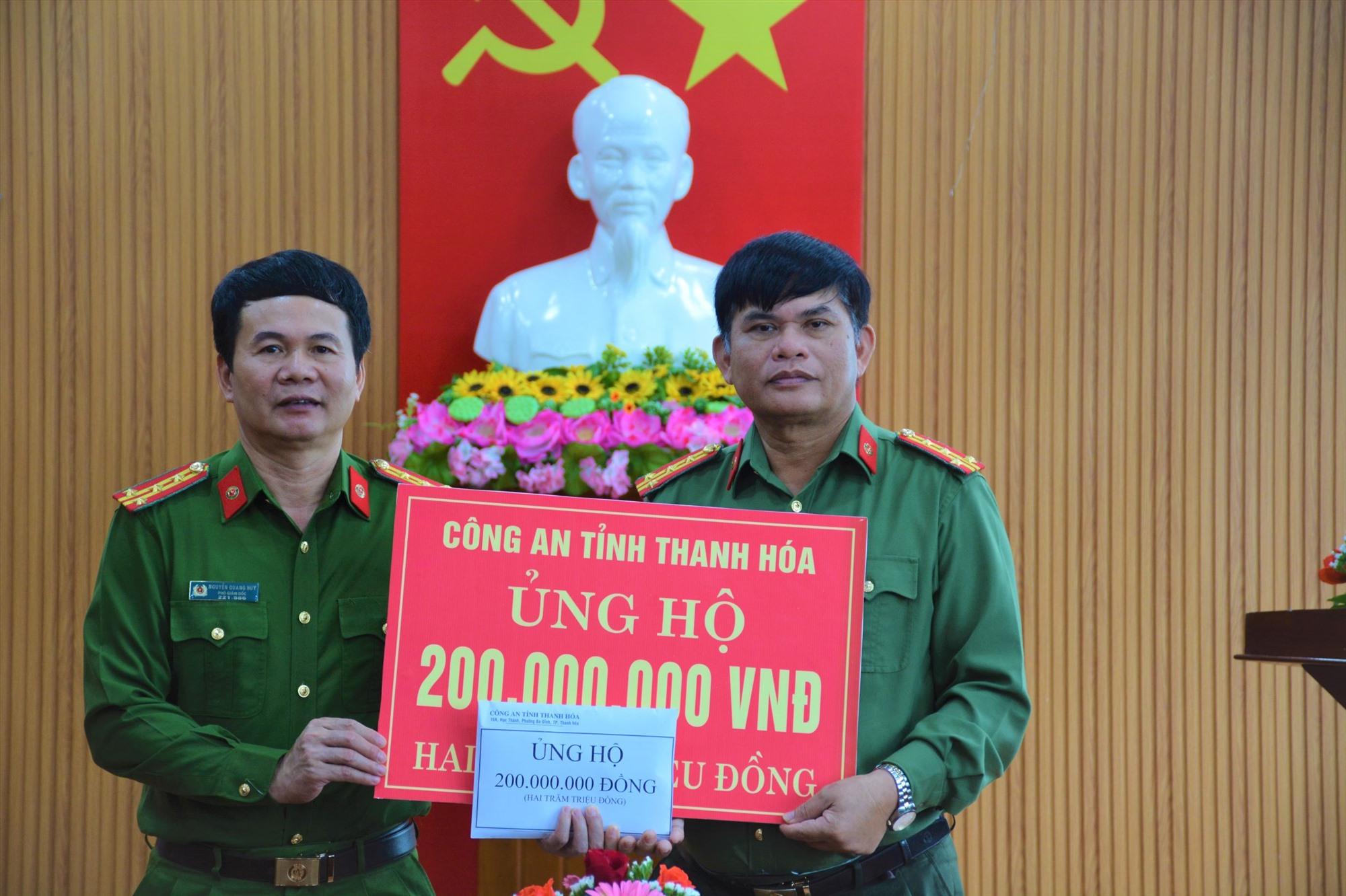 Công an tỉnh Thanh Hóa trao tặng 200 triệu đồng cho Công an tỉnh Quảng Nam.