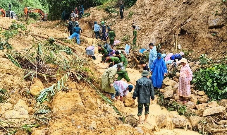 CBCS Công an huyện Bắc Trà My tìm kiếm nạn nhân mất tích do sạt lở núi