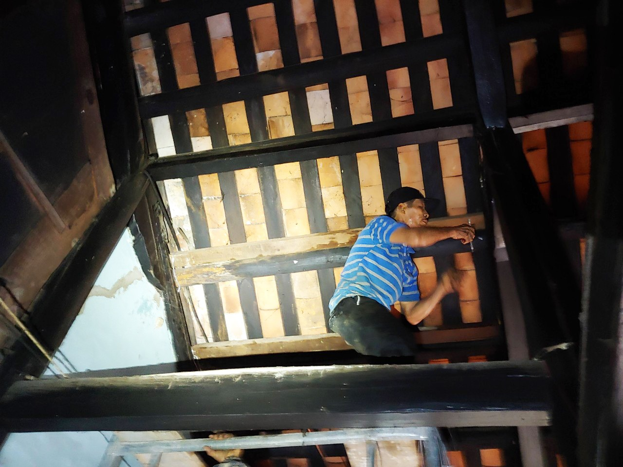 Chèn chống, bảo vệ một di tích nhà cổ bị hư hại trước mùa mưa lũ. Ảnh: H.S