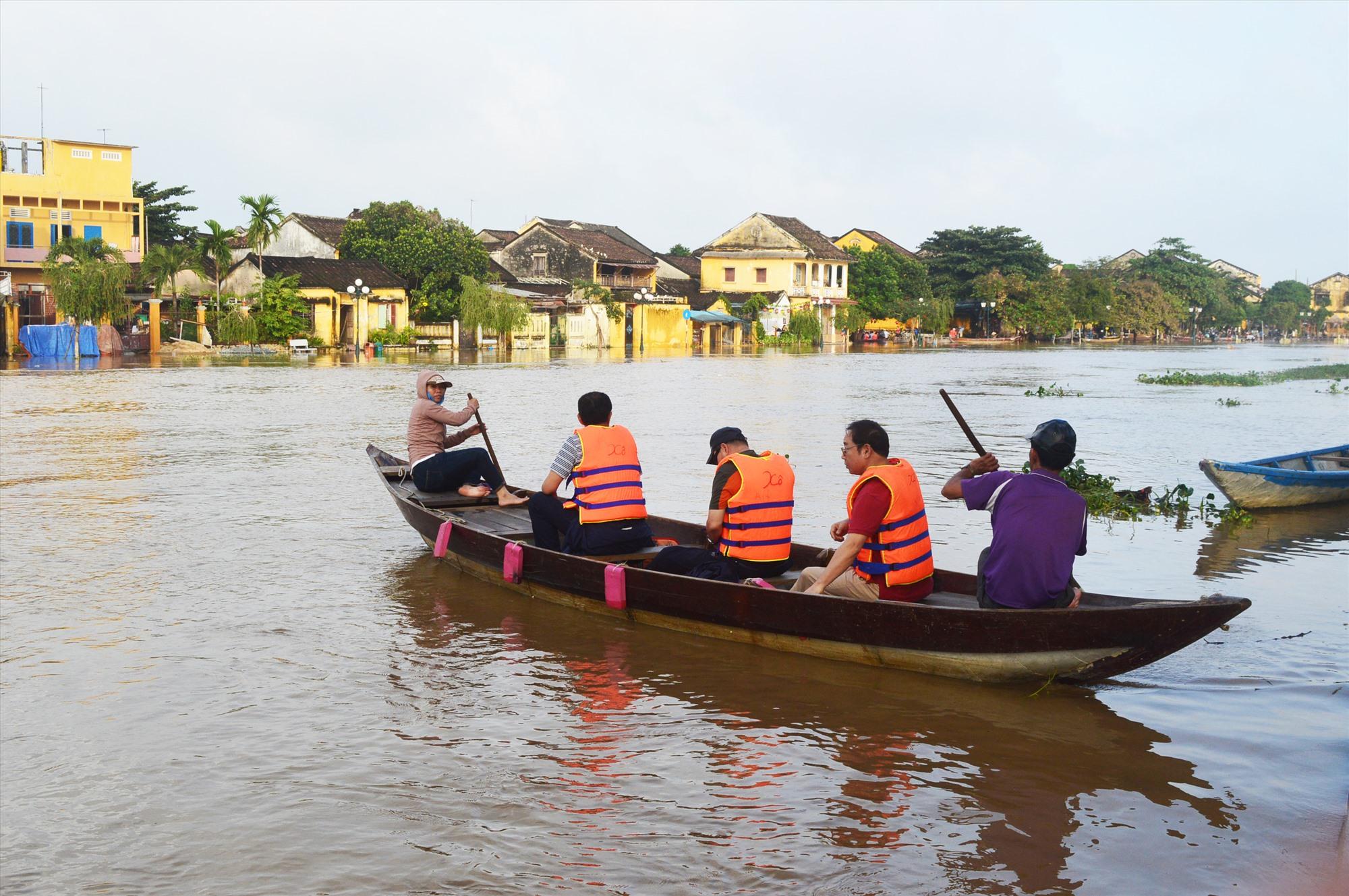 Đưa khách tham quan lụt trong phố cổ giúp một số hộ dân có thêm thu nhập trong bối cảnh khó khăn hiện nay. Ảnh: H.S