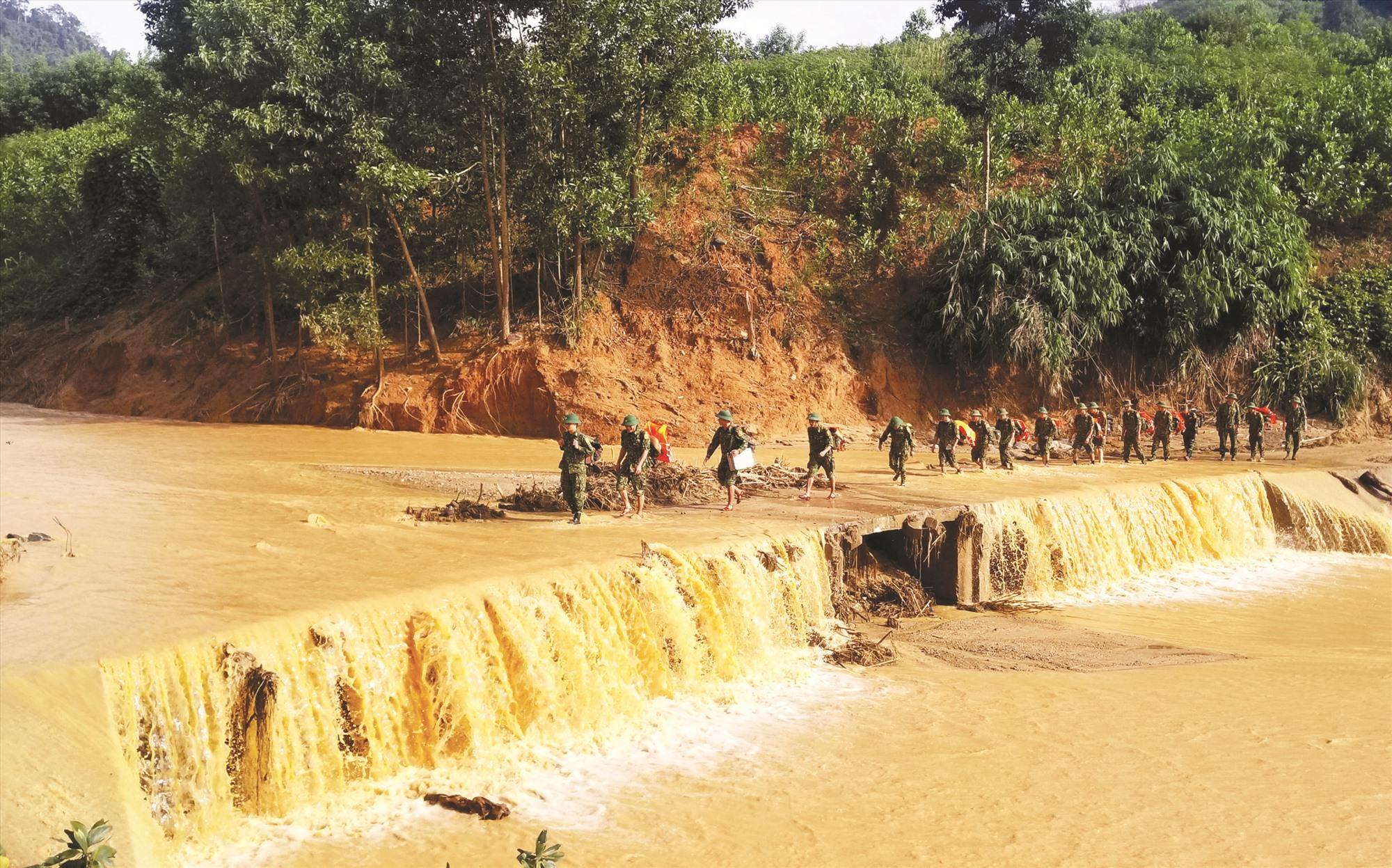 Bộ đội hành quân qua con suối dẫn vào xã Phước Công. Từ nơi này, phải mất hàng chục cây số đường rừng nữa mới tiếp cận được xã Phước Lộc.
