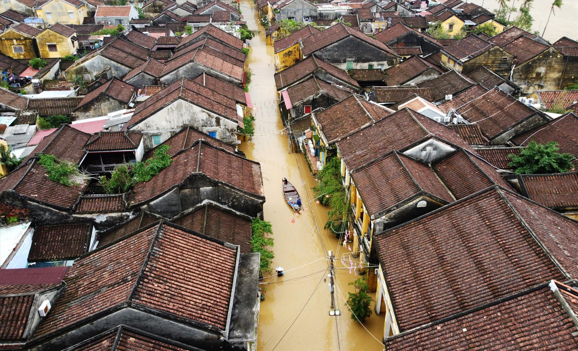 Nước lũ gây ngập từ đêm 10/11 đến nay chưa rút nên người dân dùng ghe thuyền di chuyển trên đường Nguyễn Thái Học ngập hơn 50cm.