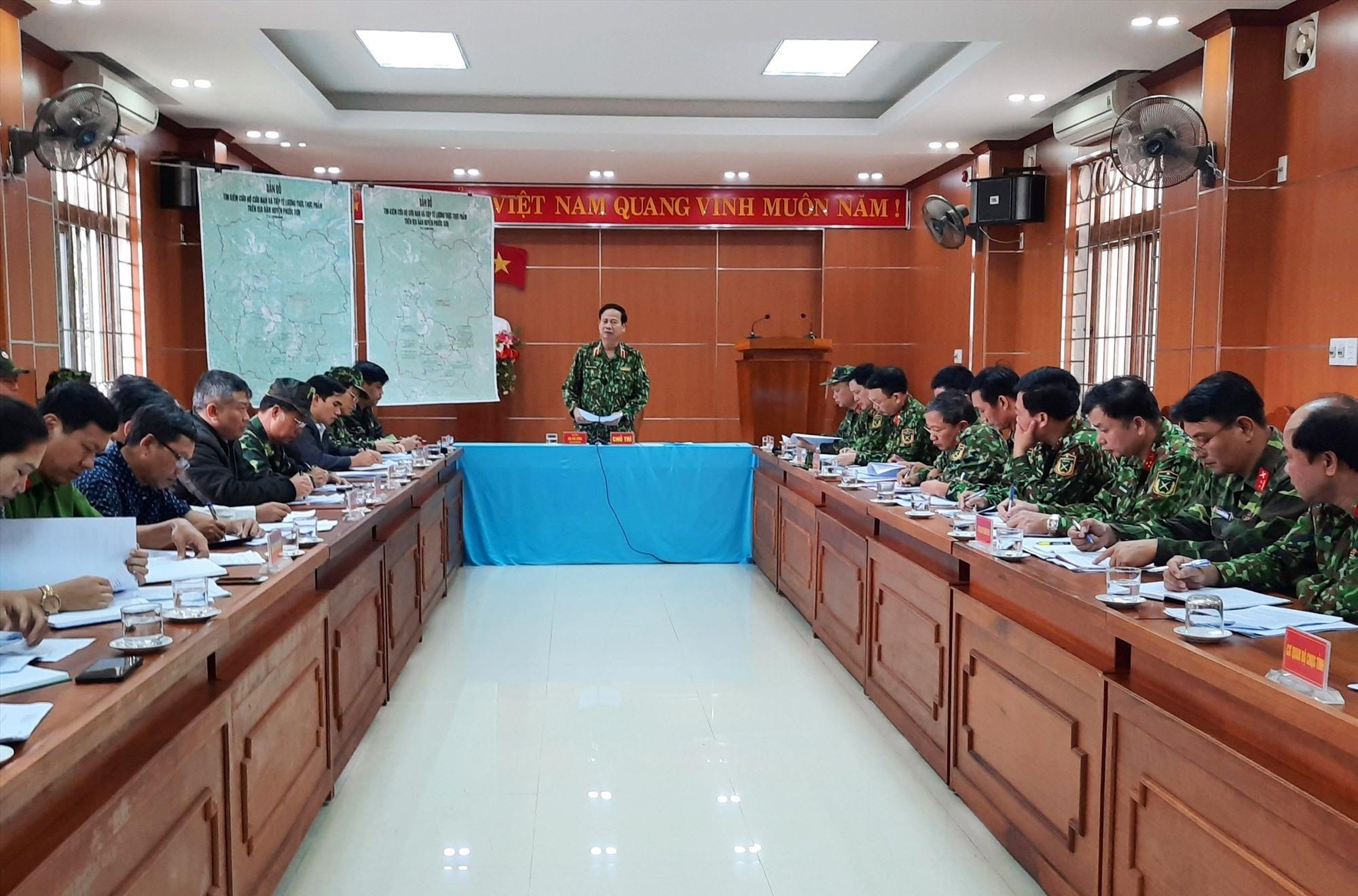 Thiếu tướng Hứa Văn Tưởng - Phó Tư lệnh Quân khu V làm việc với Sở chỉ huy tiền phương và UBND huyện Phước Sơn. Ảnh: Q.K
