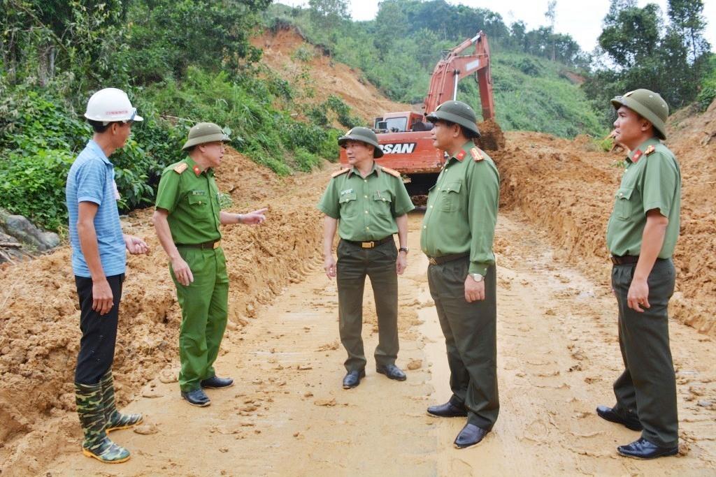 Đại tá Huỳnh Sông Thu, Phó Giám đốc Cômg an tỉnh trực tiếp đến hiện trường vụ sạt lở nắm tình hình, động viên thăm hỏi lực lượng Công an đang trực chiến bảo vệ hiện trường, chốt chặn hướng dẫn người dân không đi vào khu vực sạt lở.
