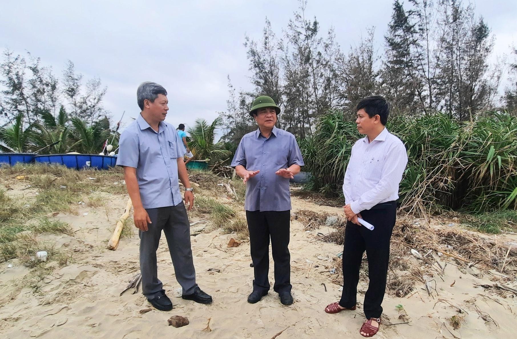 Bí thư Tỉnh ủy Phan Việt Cường kiểm tra phòng, chống bão số 13 tại các xã vùng biển huyện Thăng Bình. Ảnh: Đ.ĐẠO