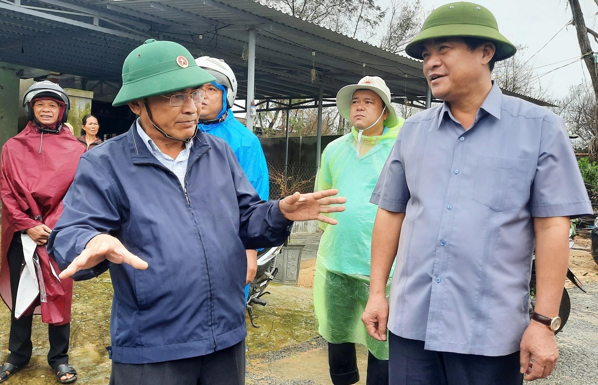 Bí thư Tỉnh ủy Phan Việt Cường lắng nghe các địa phương báo cáo tình hình phòng, chống bão số 13. Ảnh: Đ.ĐẠO