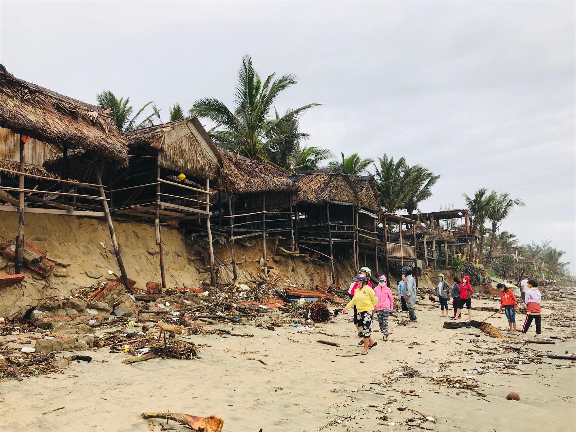 Dãy nhà hàng ven biển An Bàng tả tơi sau bão số 13. Ảnh: Q.T