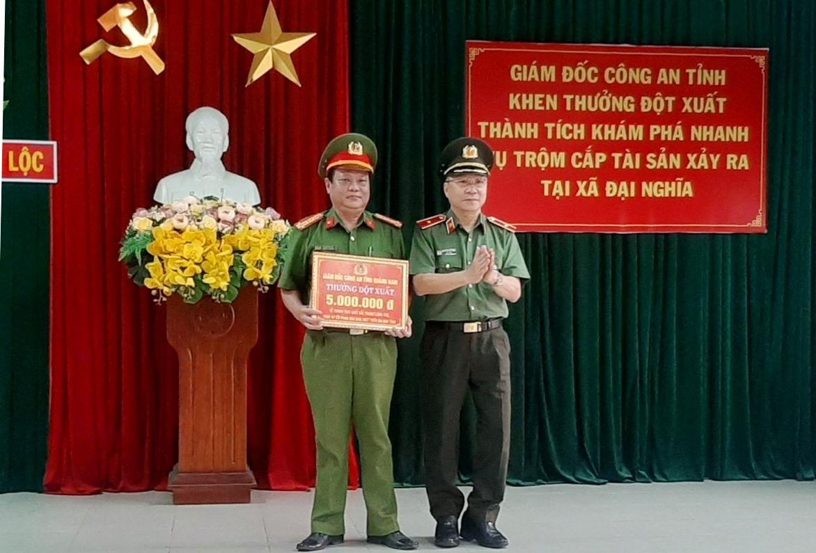 Giám đốc Công an tỉnh khen thưởng đột xuất Công an huyện Đại Lộc. Ảnh: NHAN DUY