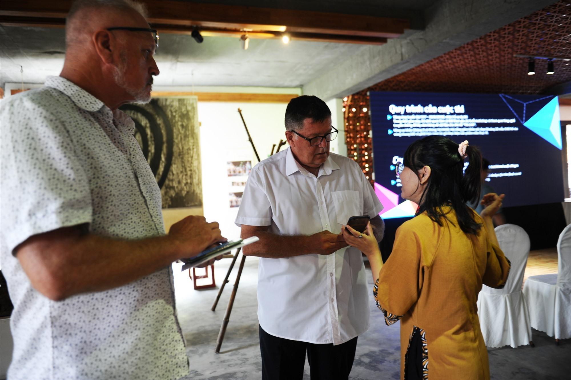 Các chuyên gia quốc tế tìm hiểu về gốm Thanh Hà: Ảnh: MINH Hải