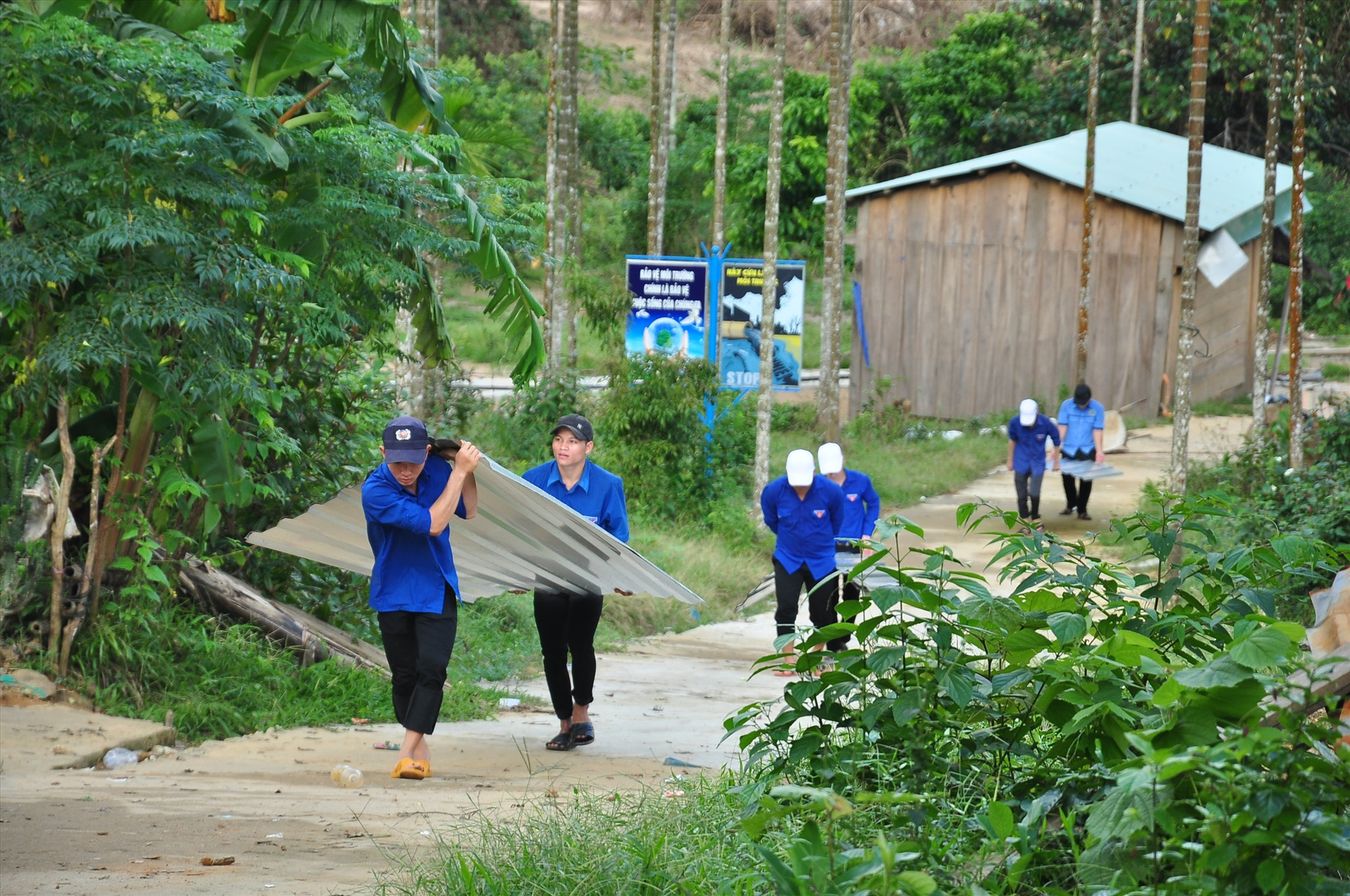 Đường làng Tắk Rối có nhiều dốc cao khiến việc vận chuyển tôn khá vất vả. Ảnh: VINH ANH