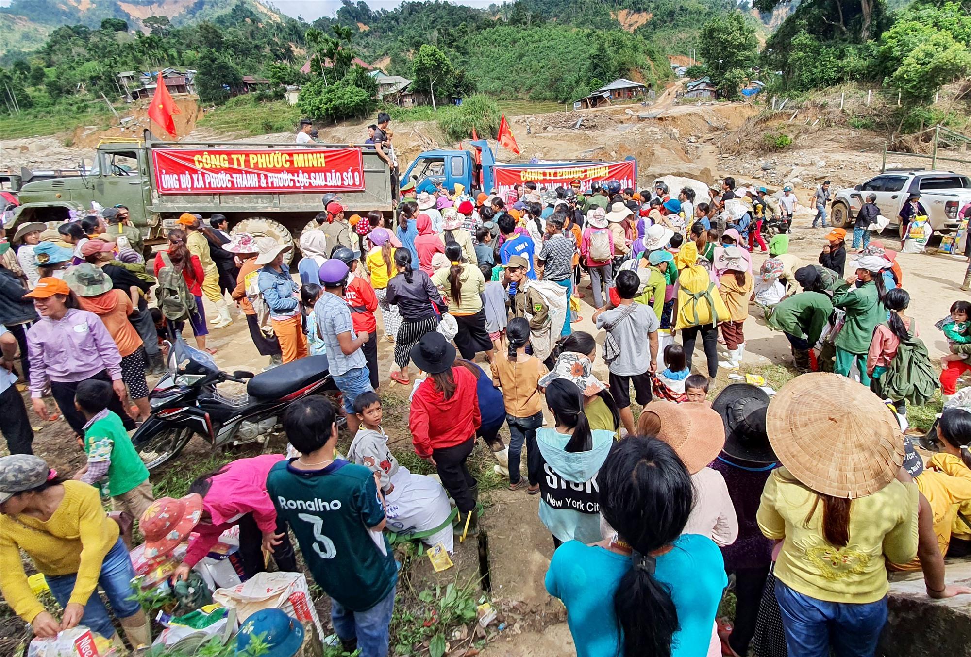Rất đông bà con Phước Thành, Phước Lộc đến nhận quà cứu trợ tại thôn 2 xã Phước Thành. Ảnh: T.C