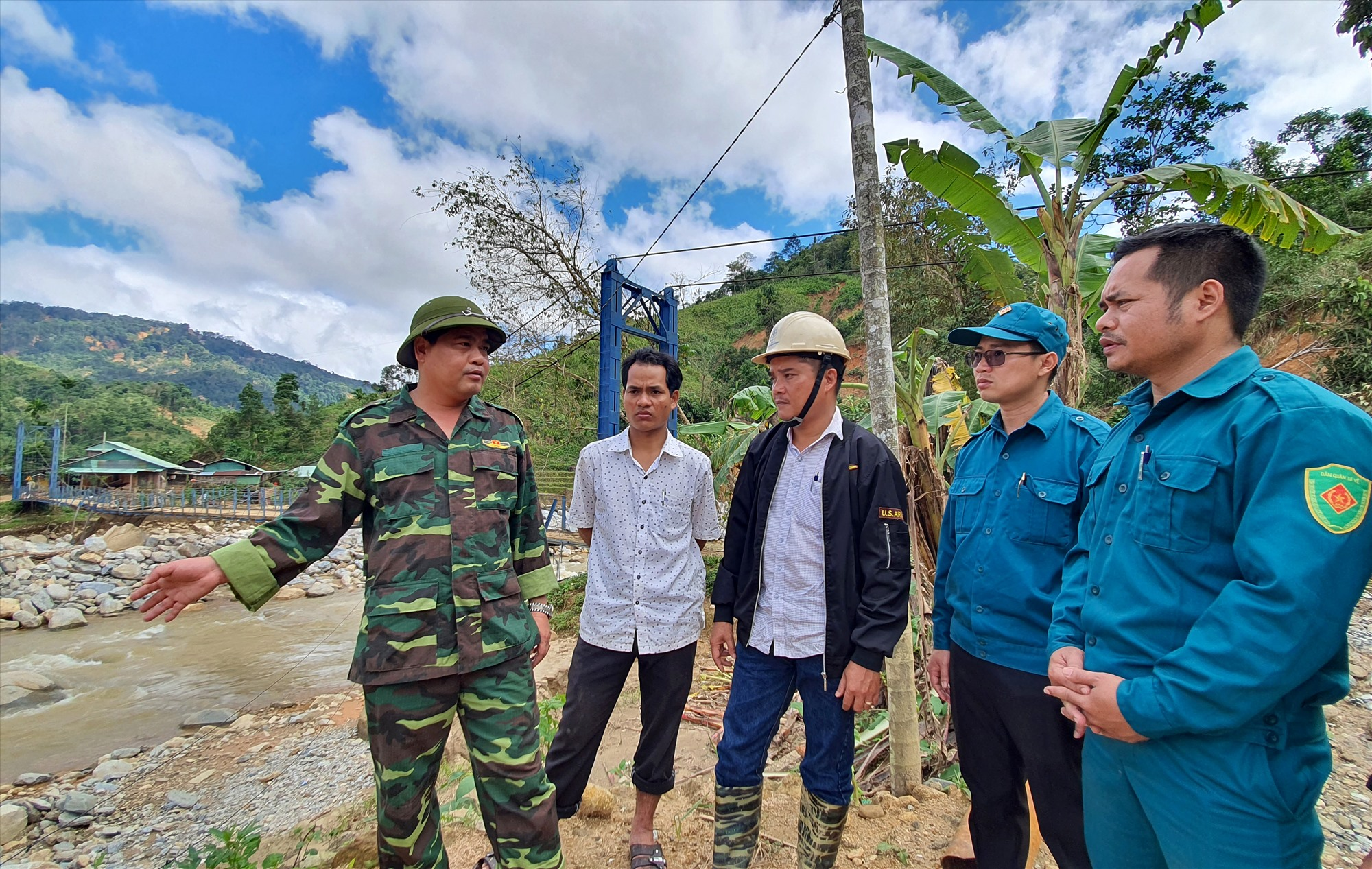 Trưởng Ban Nội chính Tỉnh ủy Nguyễn Mạnh Hà kiểm tra, chỉ đạo tình hình khắc phục hậu quả thiên tai tại xã Phước Thành sáng 19.11. Ảnh: T.C