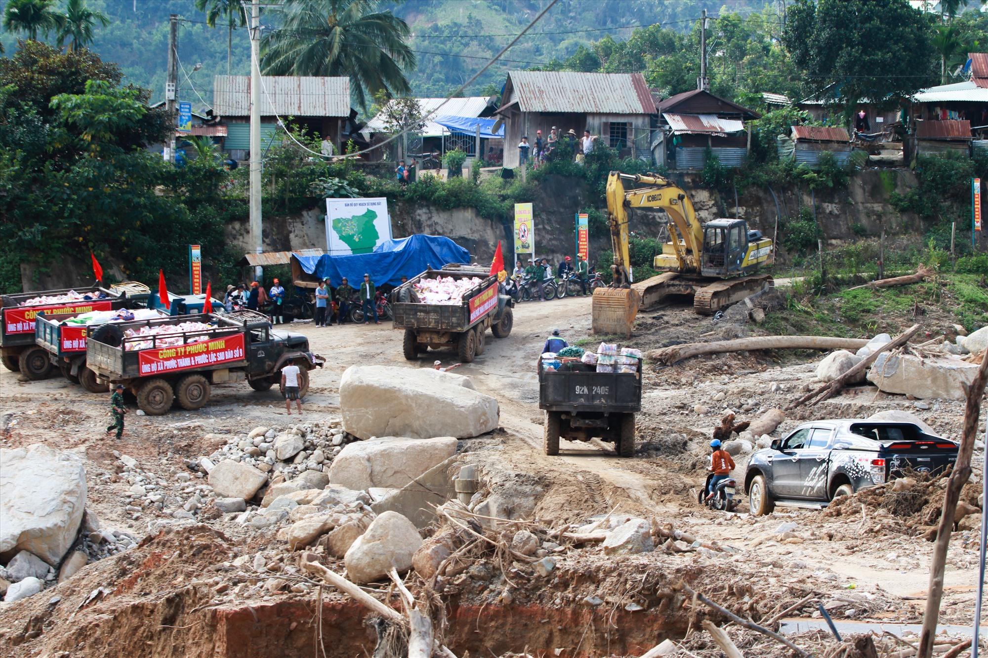 Sau khi thông tuyến, chuyến xe chở hàng quà cứu trợ đầu tiên với gần 1.000 suất quà đã vào đến thôn 2 xã Phước Thành. Ảnh: T.C