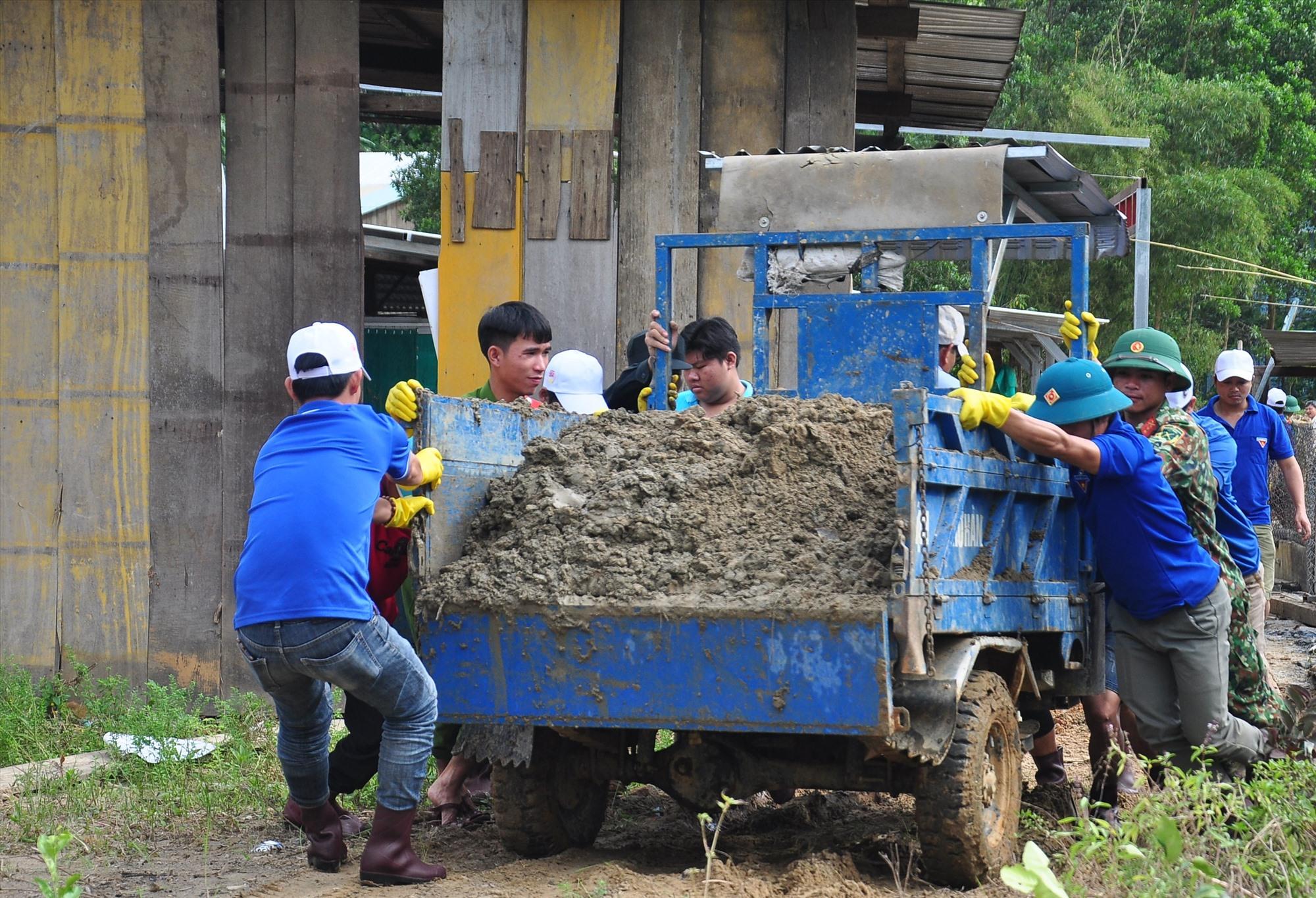 Không khí lao động khẩn trương trên công trình thanh niên tình nguyện Trà Leng. Ảnh: VINH ANH