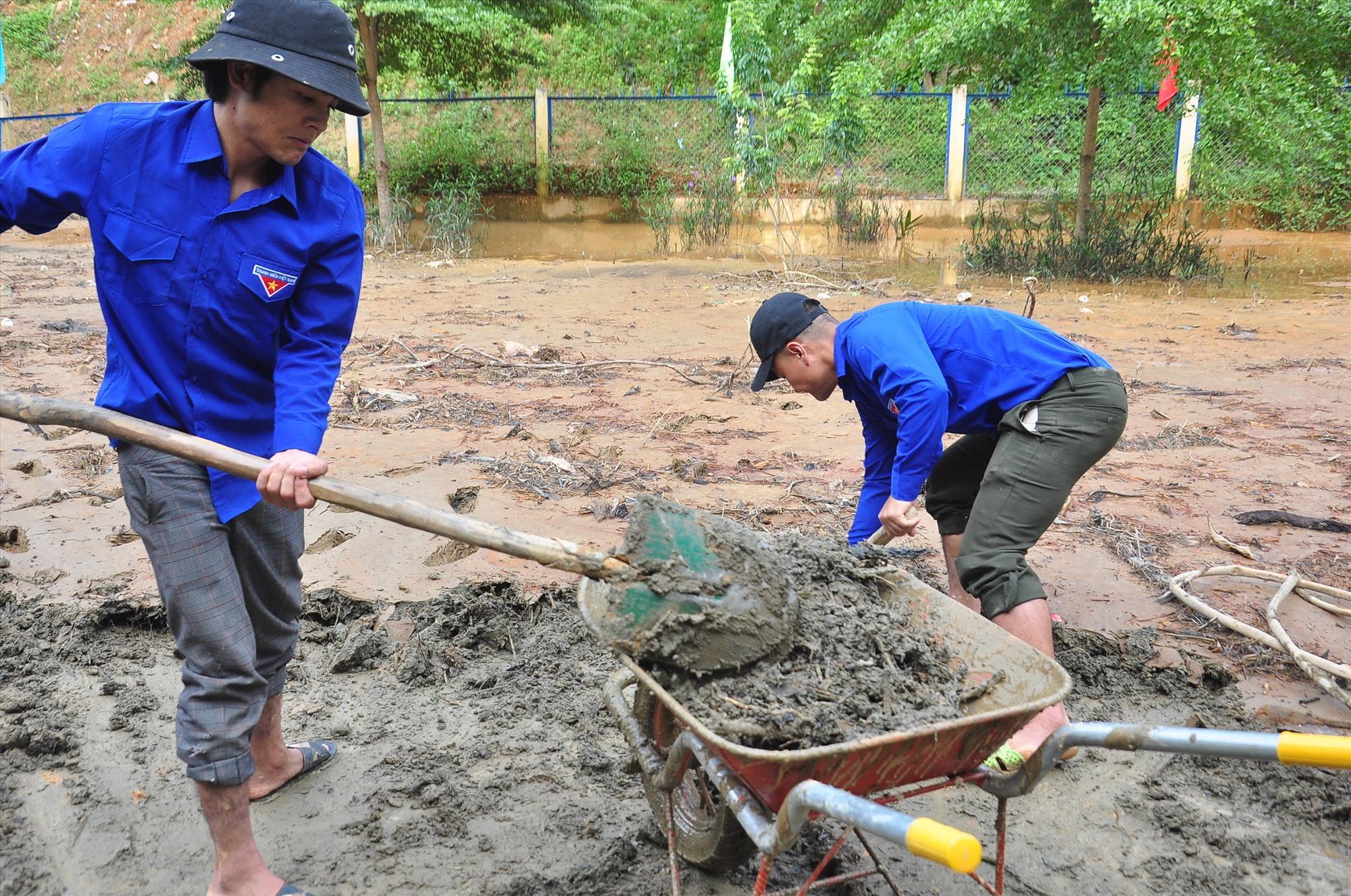 Đoàn viên thanh niên địa phương phối hợp tham gia cùng dọn vệ sinh. Ảnh: VINH ANH