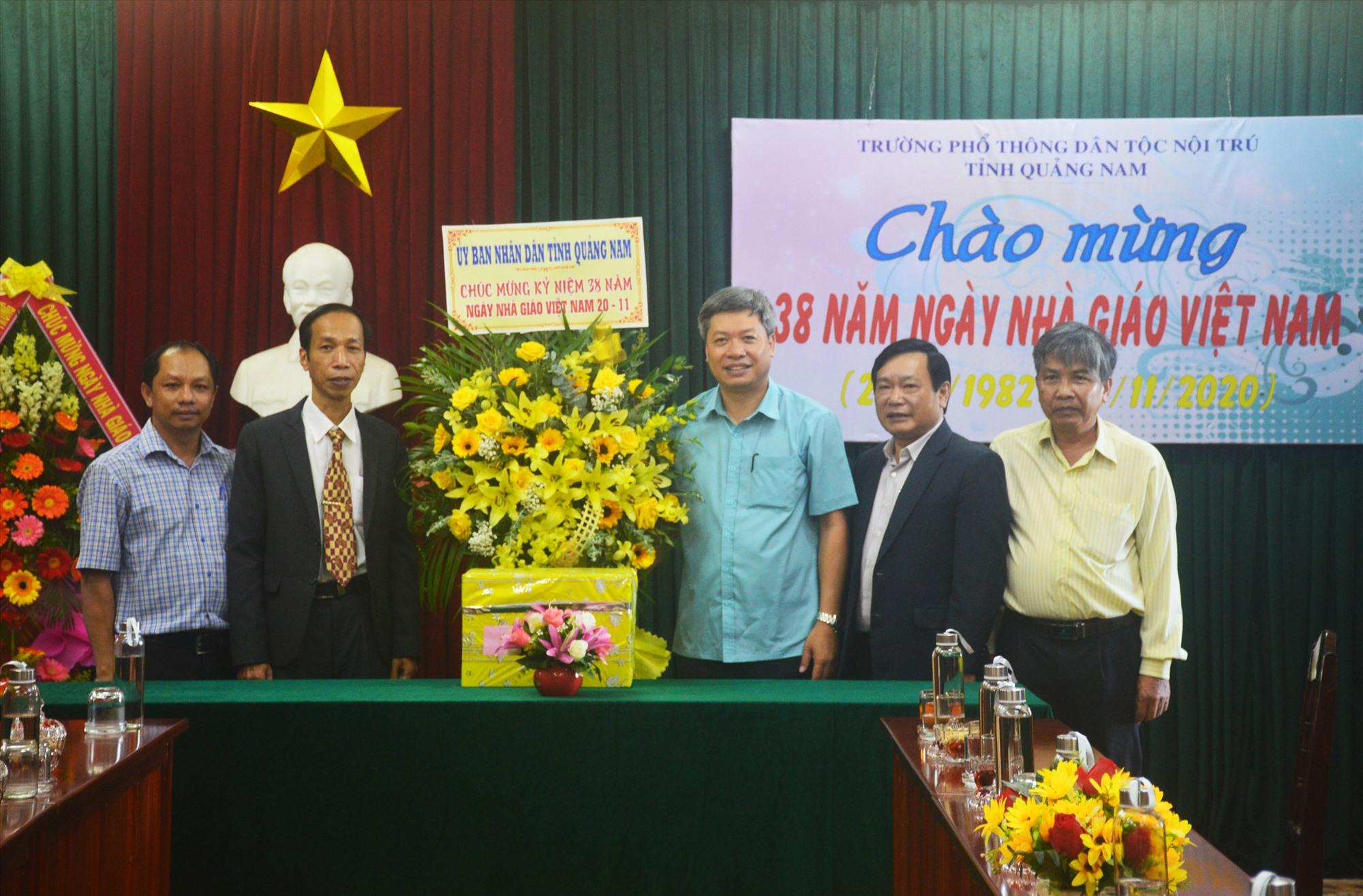 Phó Chủ tịch UBND tỉnh Hồ Quang Bửu tặng hoa chúc mừng nhà trường. Ảnh: Q.T