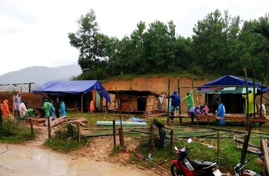 Những ngôi nhà tạm được dựng giúp người dân ổn định chỗ ở. Ảnh: ĐĂNG NGUYÊN