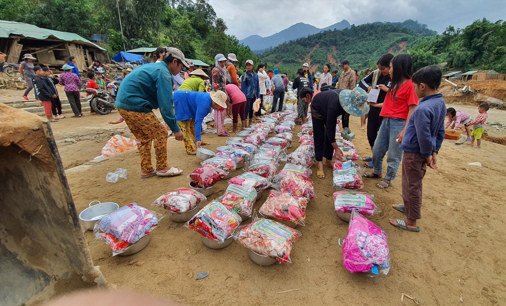 Sáng 2.11, một doanh nghiệp trên địa bàn đã đến tặng gạo, nhu yếu phẩm cho người dân trong thôn. Đơn vị này cũng tài trợ một máy phát điện và cam kết giúp dân dựng lại 15 căn nhà trong thời gian đến. ẢnH: T.C