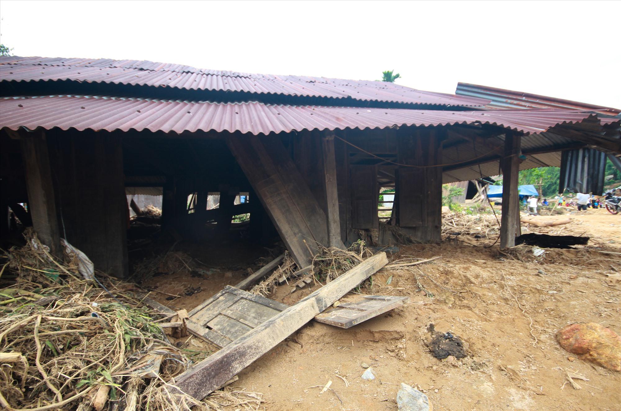 Một ngôi nhà dân bị lũ xé tan hoang, bùn dày hơn 1m. Ảnh: T.C