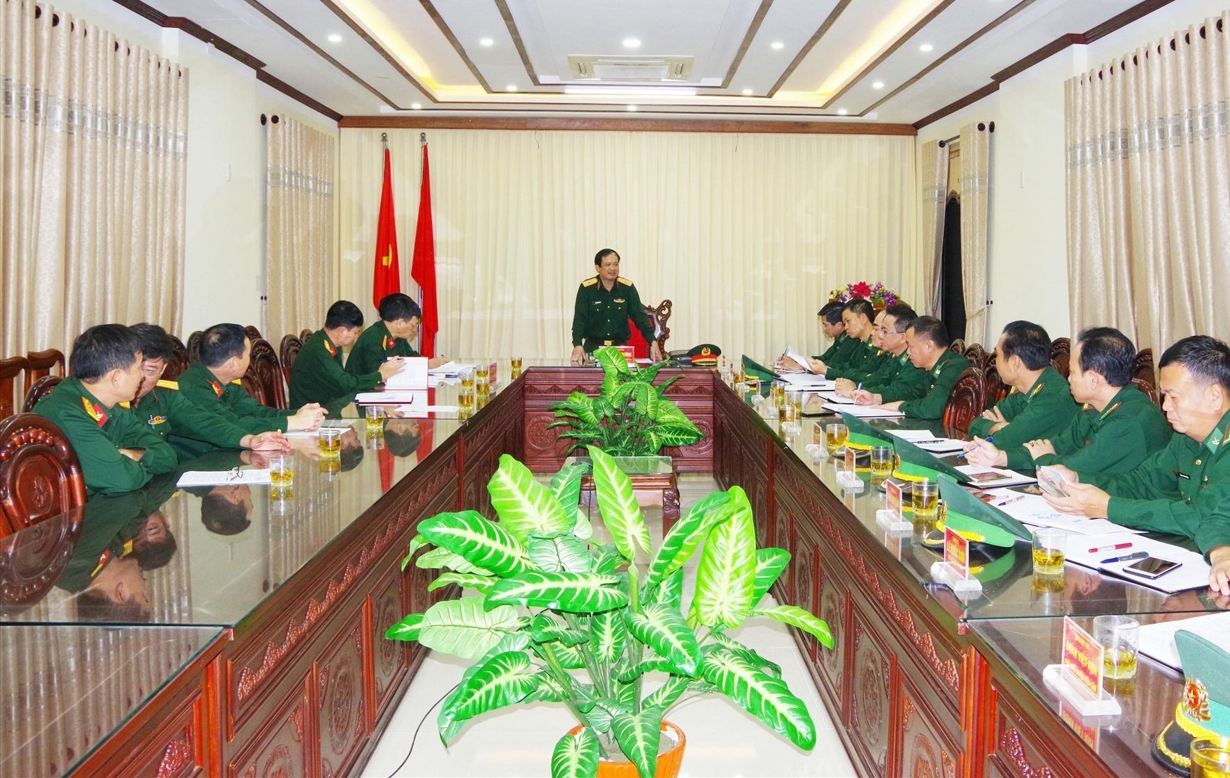 Thiếu tướng Phạm Mạnh Cường, Phó Chủ nhiệm Tổng cục Hậu cần kiểm tra công tác khắc phục hậu quả bão, lũ tại Quảng Nam. Ảnh: HỒNG ANH
