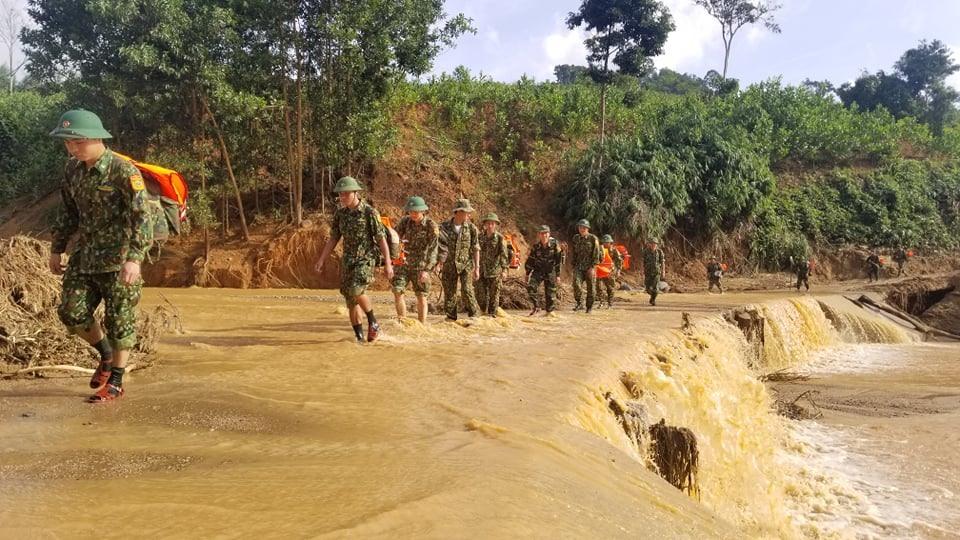 Lực lượng biên phòng cơ động vào hiện trường để tham gia công tác tìm kiếm vào sáng nay 2.11. Ảnh: HUỲNH CHÍN