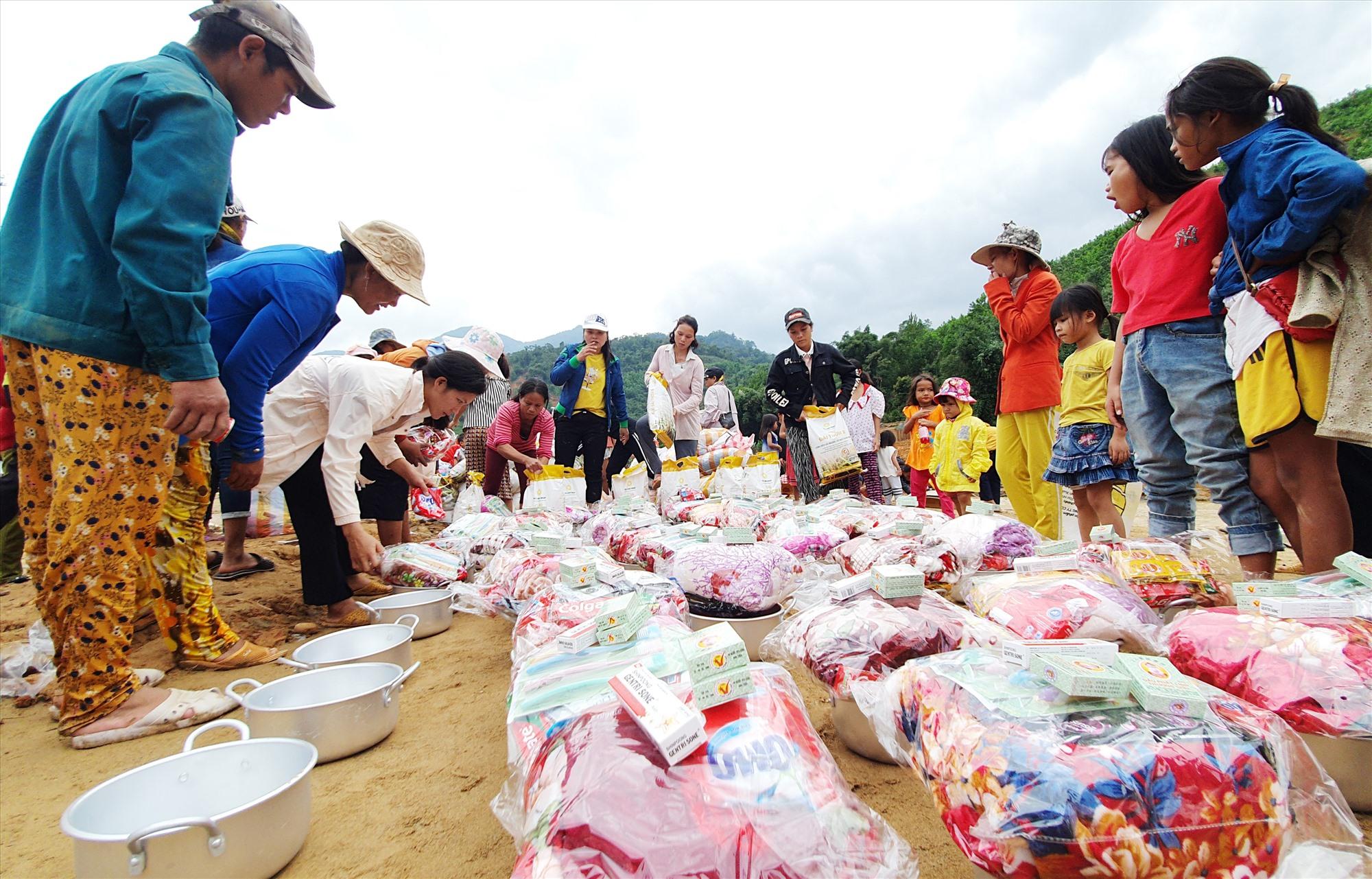 Những mặt hàng cứu trợ được chia đều cho từng hộ trong thôn Trà Văn A. Ảnh: T.C