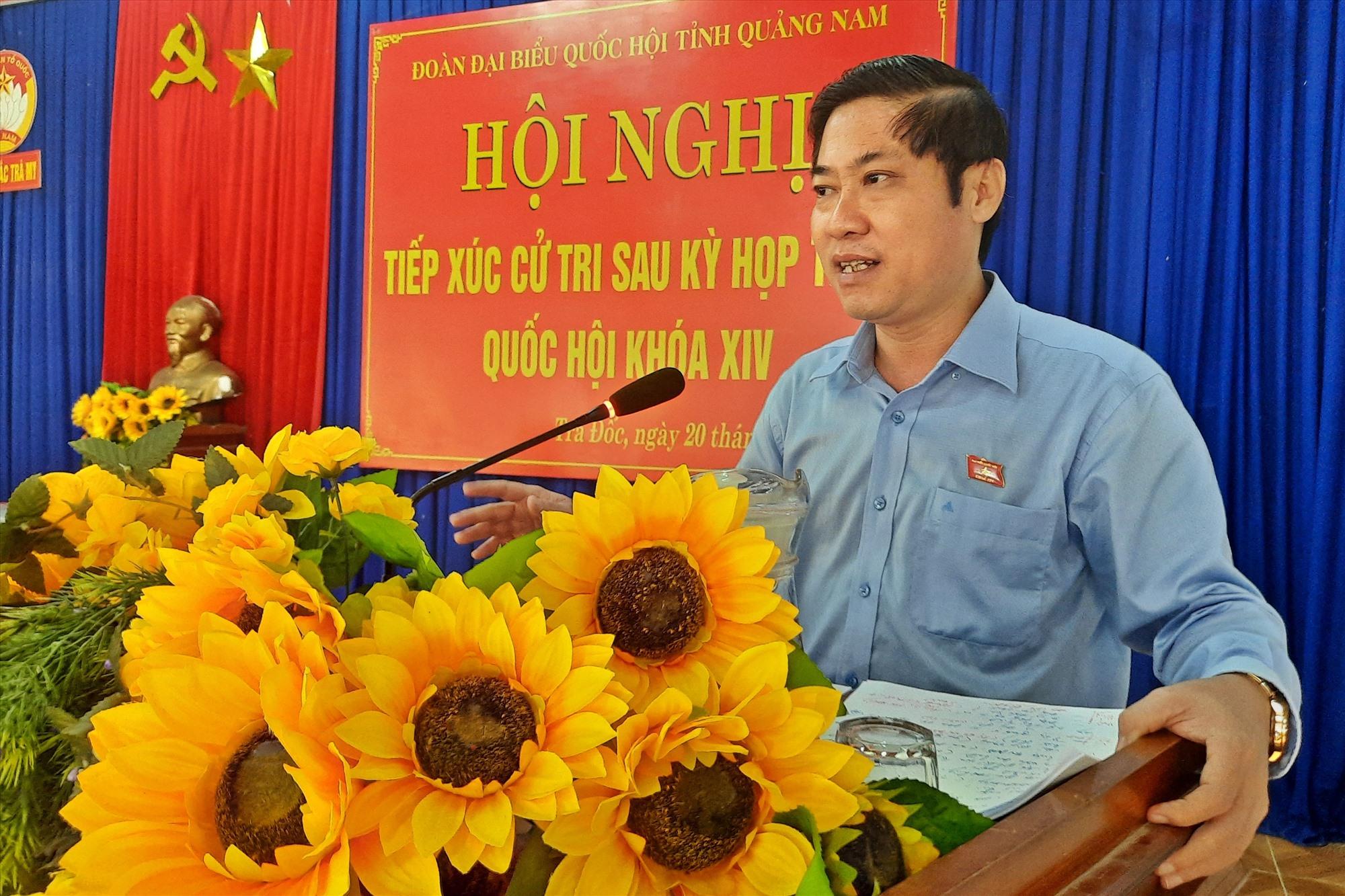 Đại biểu Quốc hội Phan Thái Bình trả lời các kiến nghị của cử tri miền núi. Ảnh: Đ.ĐẠO