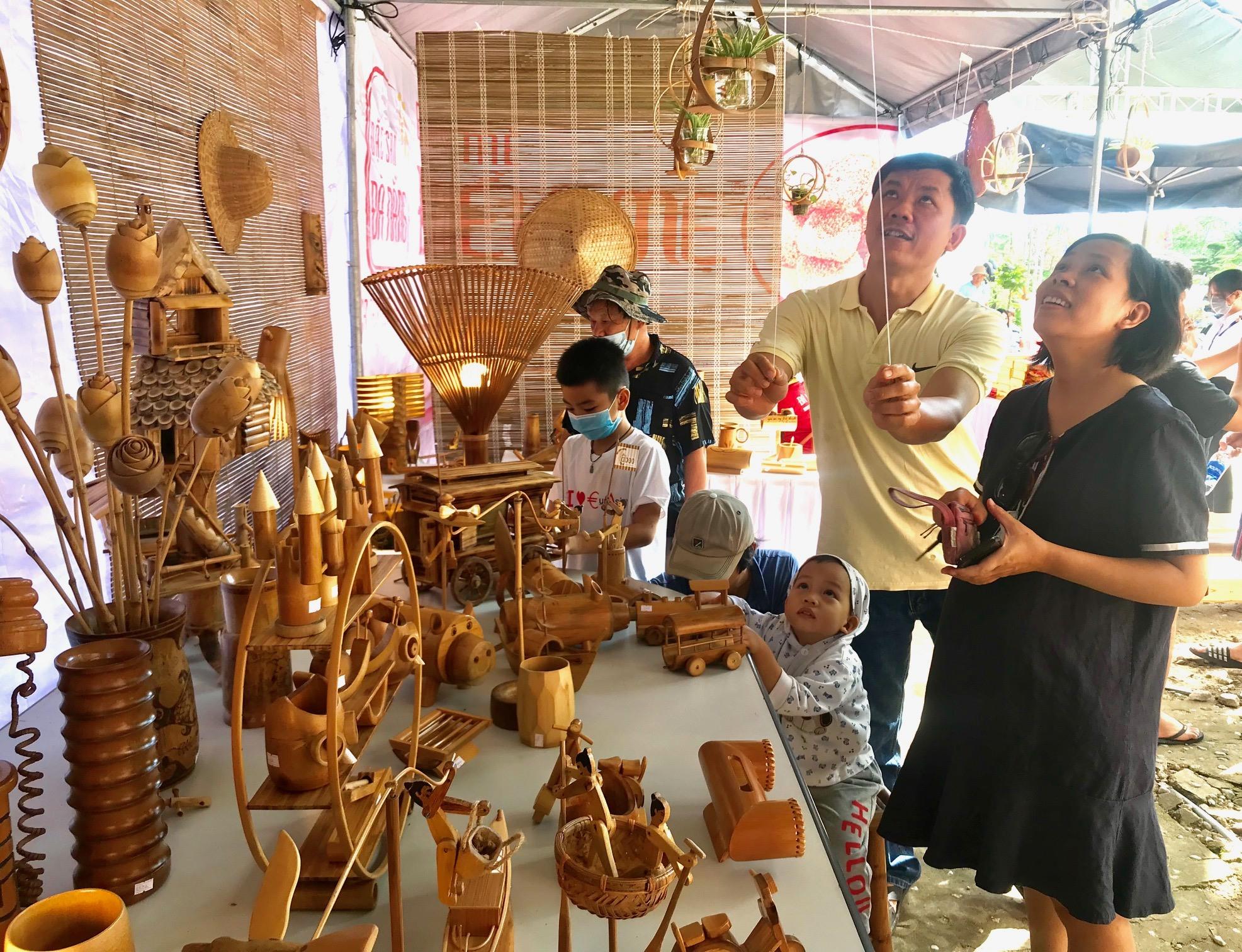 Gian hàng sản phẩm tre đến từ Cẩm Thanh, Hội An thu hút khách tham quan. Ảnh: Q.T